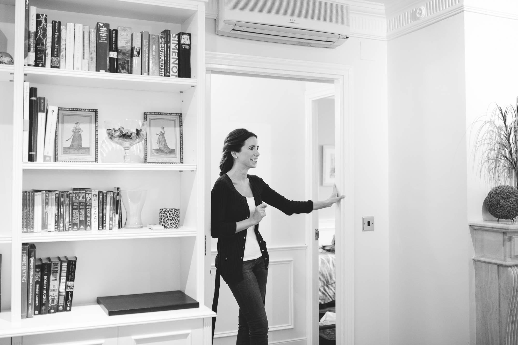 La novia de pie en la puerta sonriendo