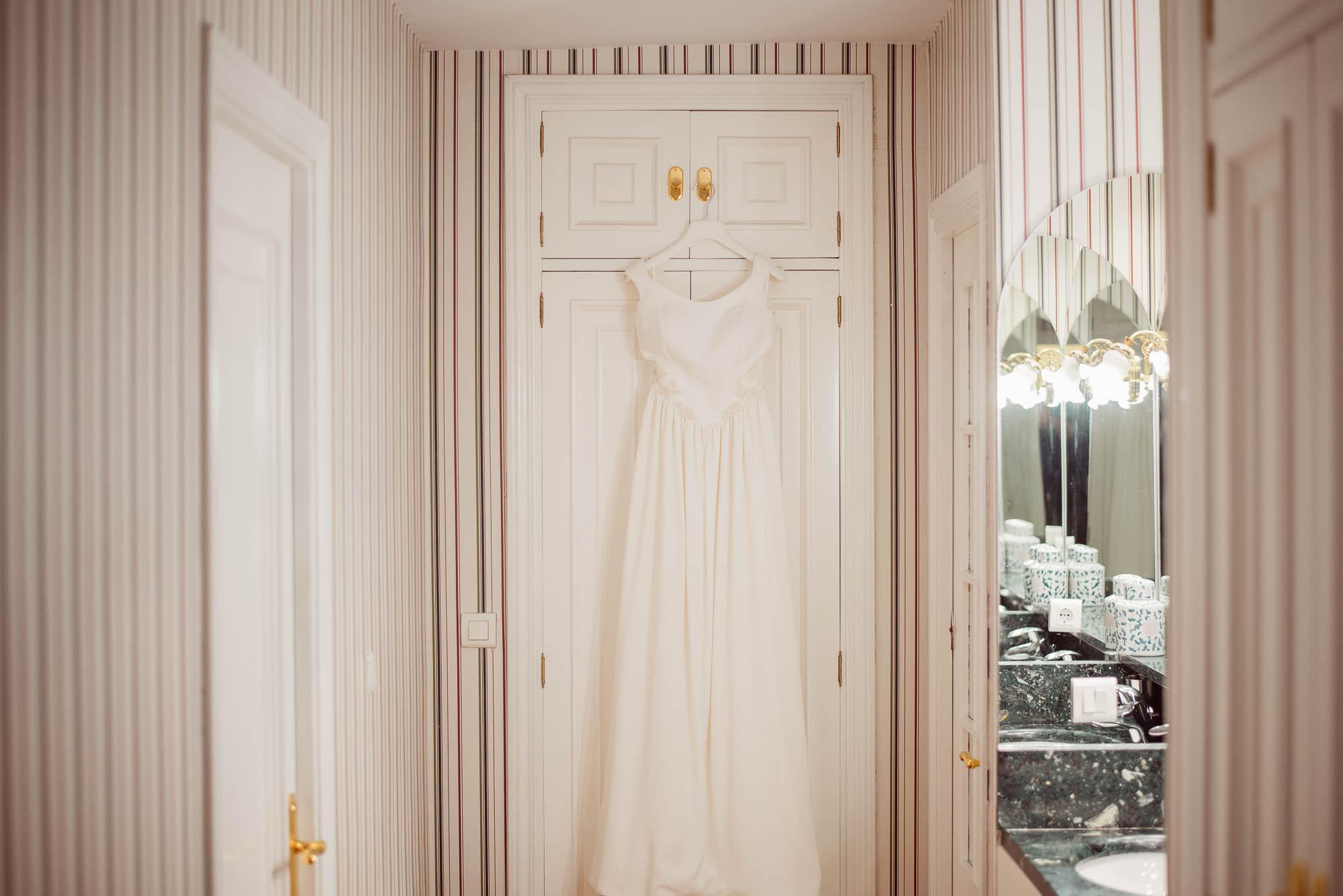 El vestido de la novia colgado de la puerta