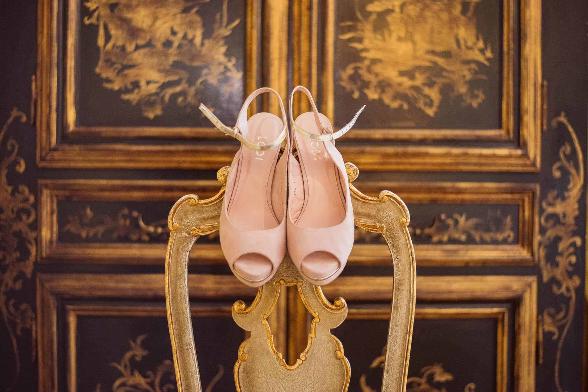 Los zapatos de la novia en la silla del salón clásico
