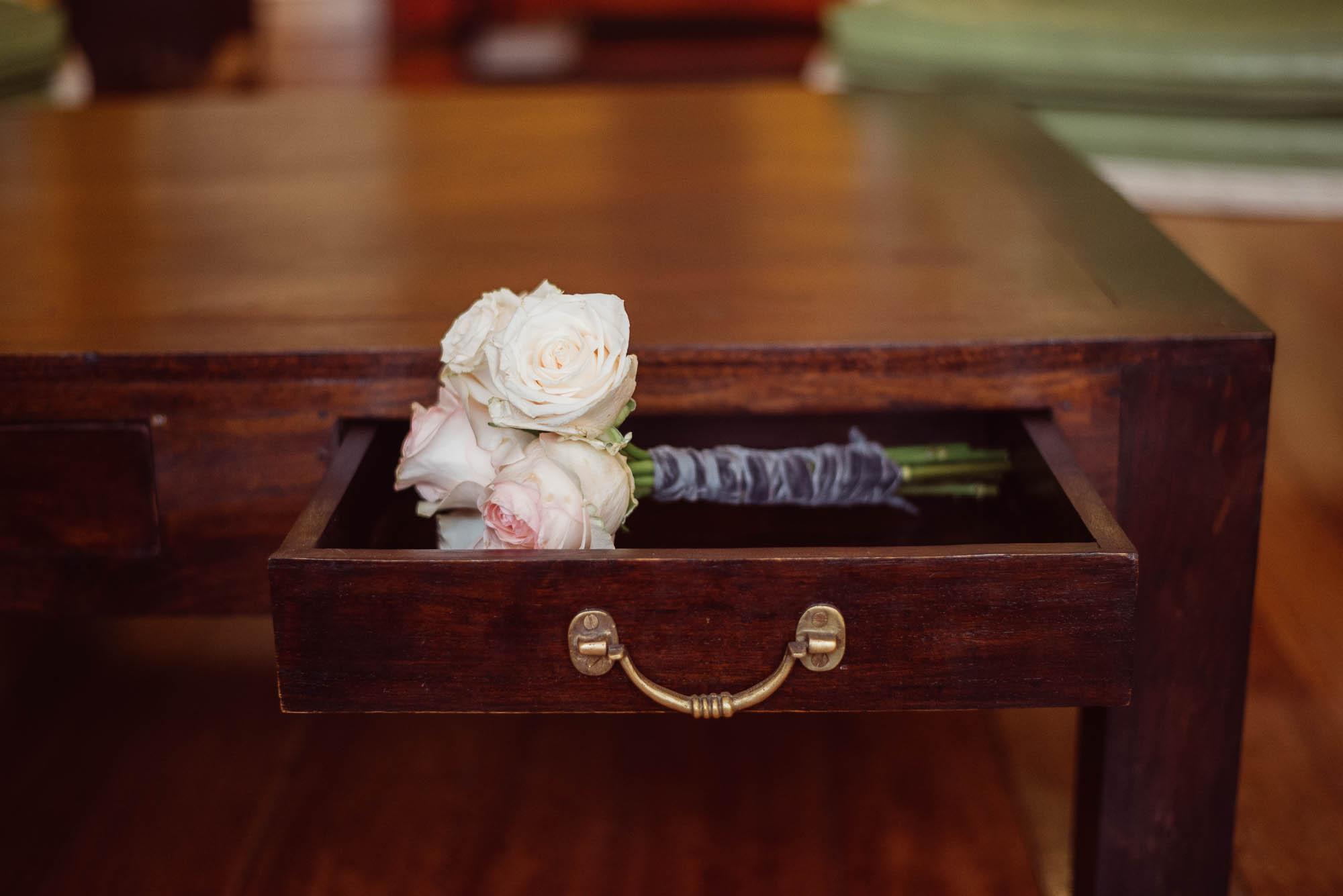 El ramo de la novia en el cajón de la cómoda clásica