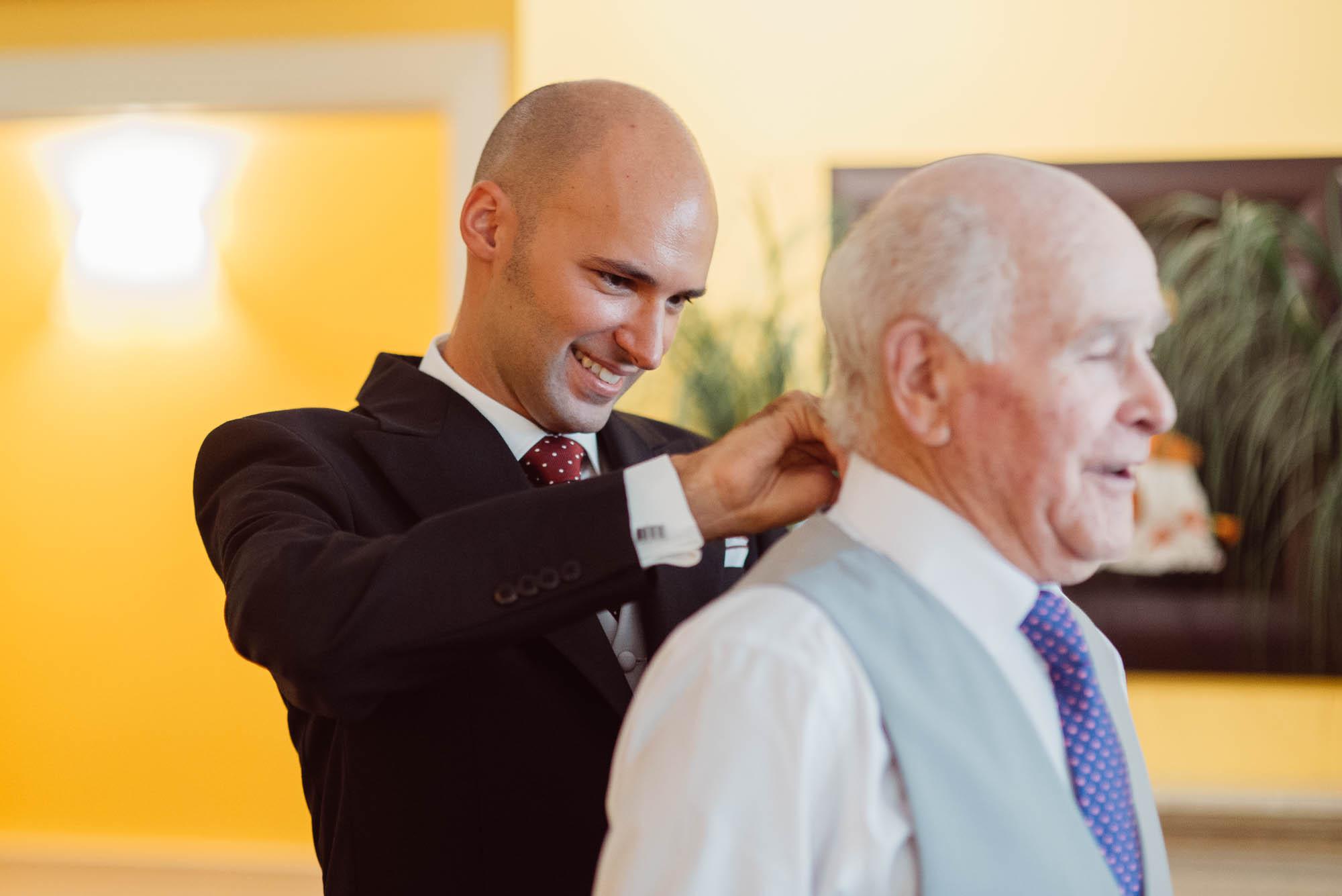 El novio viste a su padre el dia de la boda