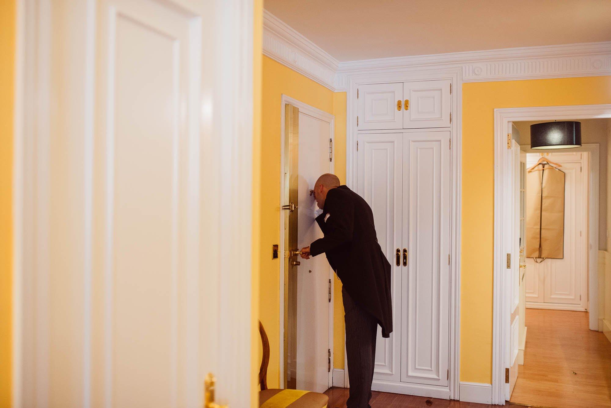 El novio abre la puerta