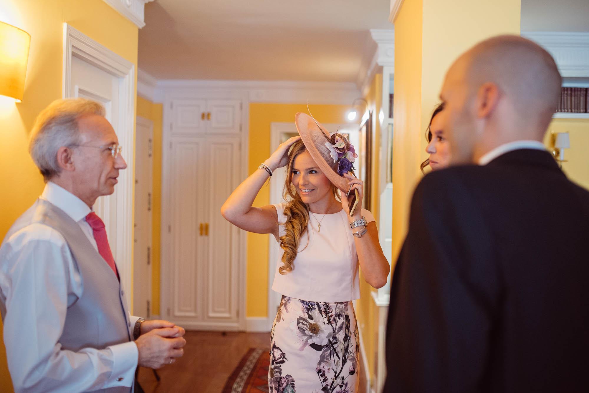 La hermana del novio saluda a los familiares