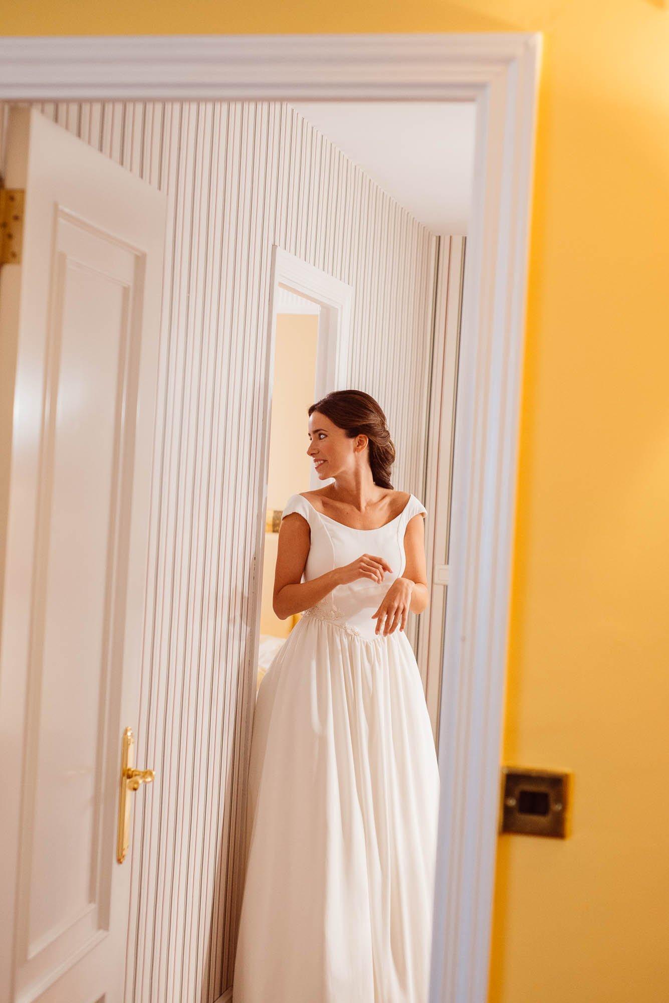 La novia se mira al pes pero el dia de la boda