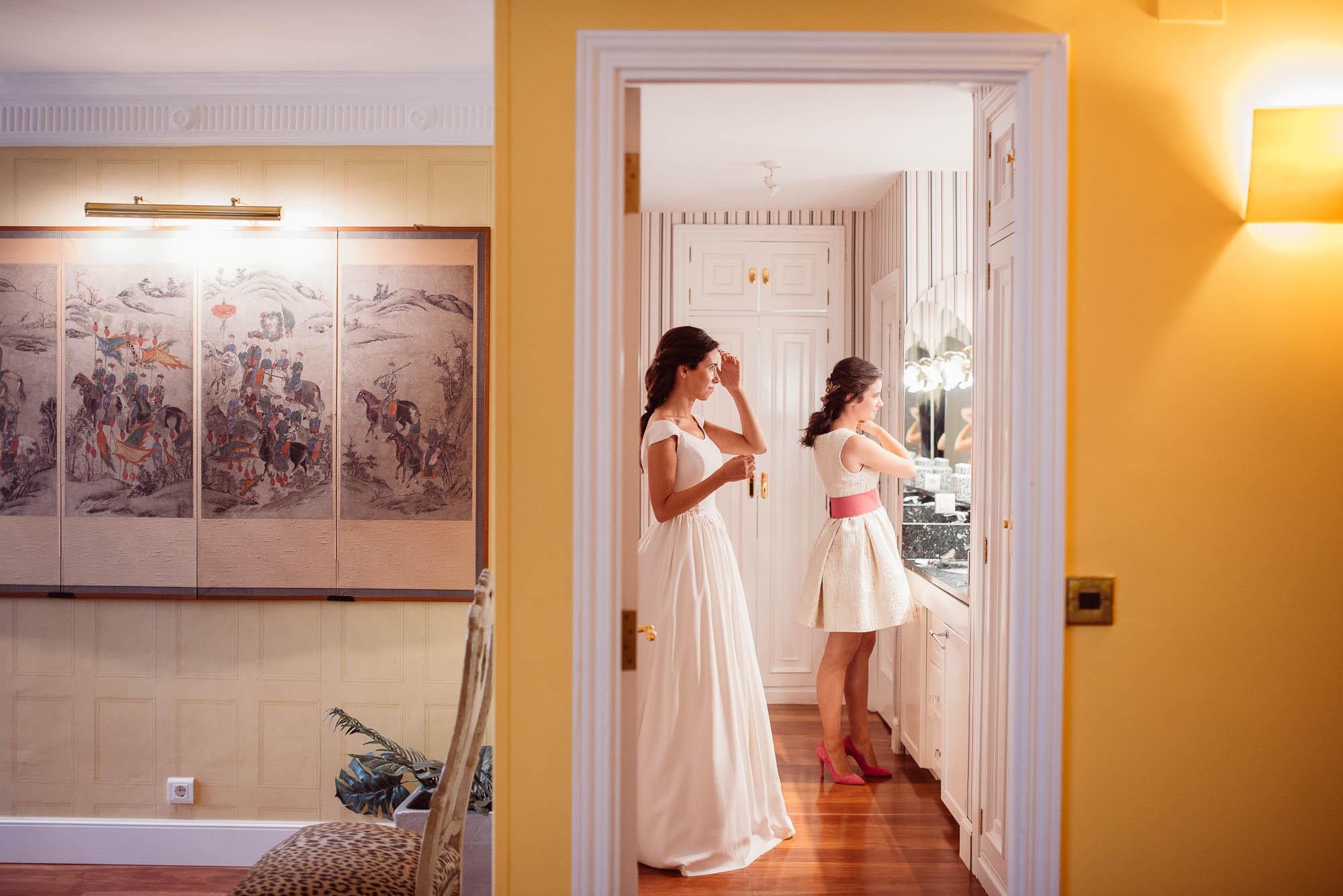 La novia y La Niña se preparan para el dia de la boda
