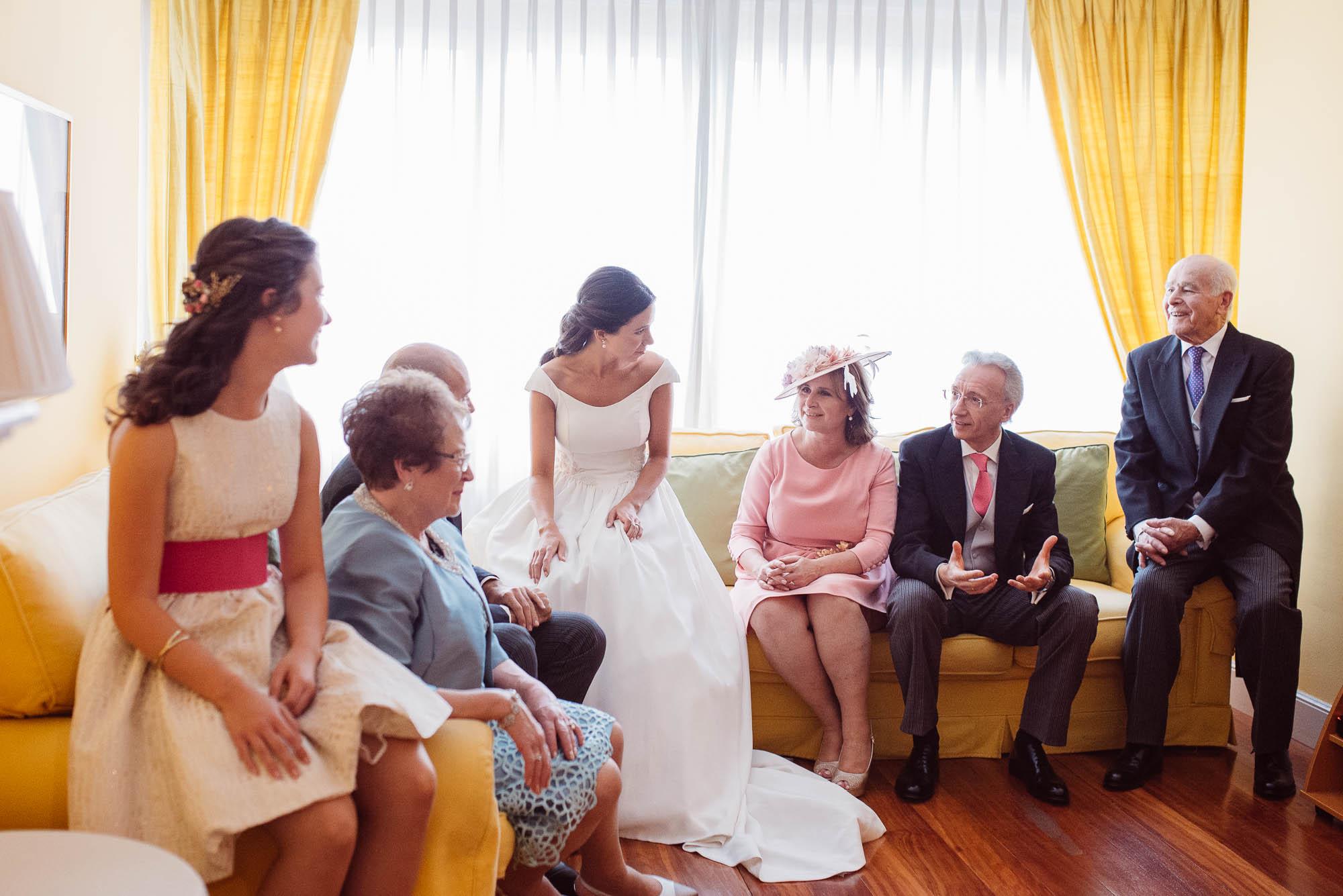 La familia se reúne con la novia en el salón de la casa