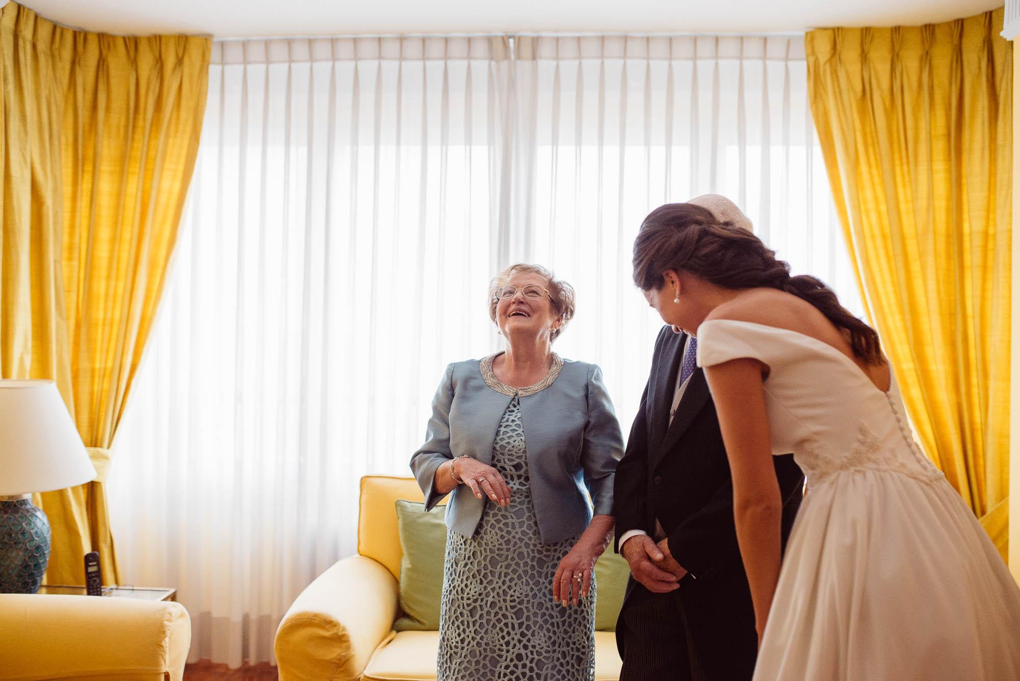 Los padre de la novia hablan en el salón de la casa