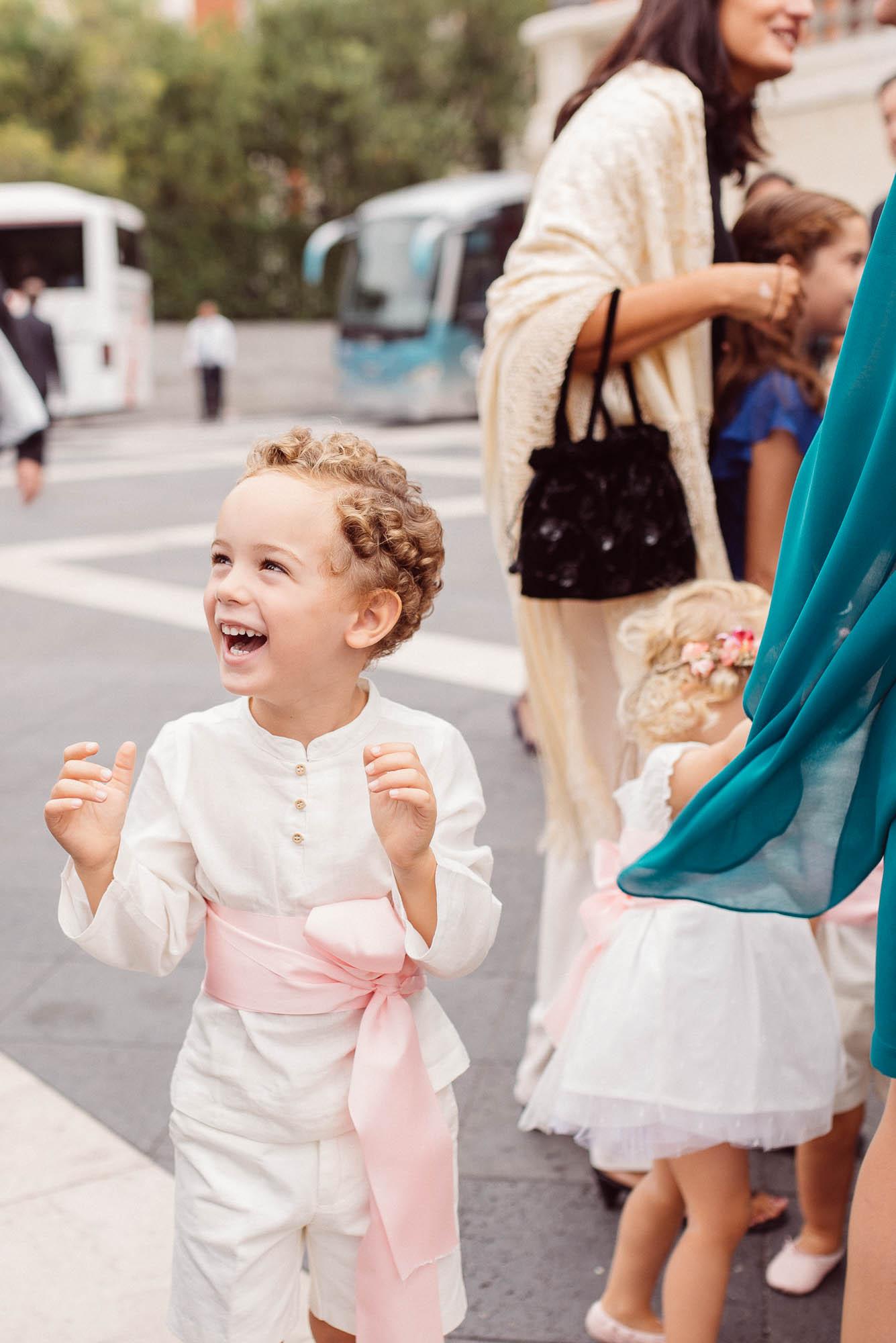 Niño sonriendo en el dia de la boda