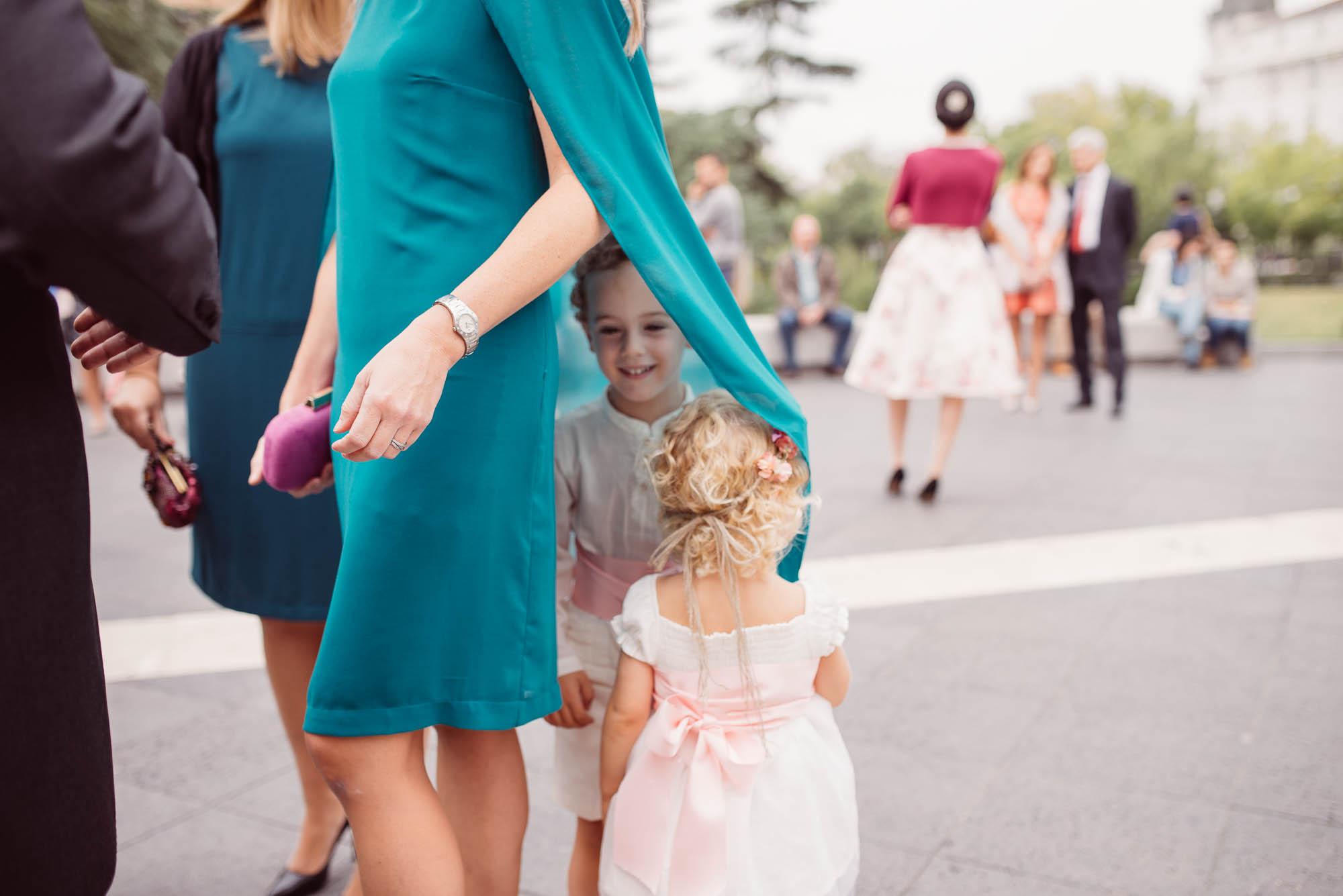 Niños jugando con la cola del vestido de la invitada el dia de la boda