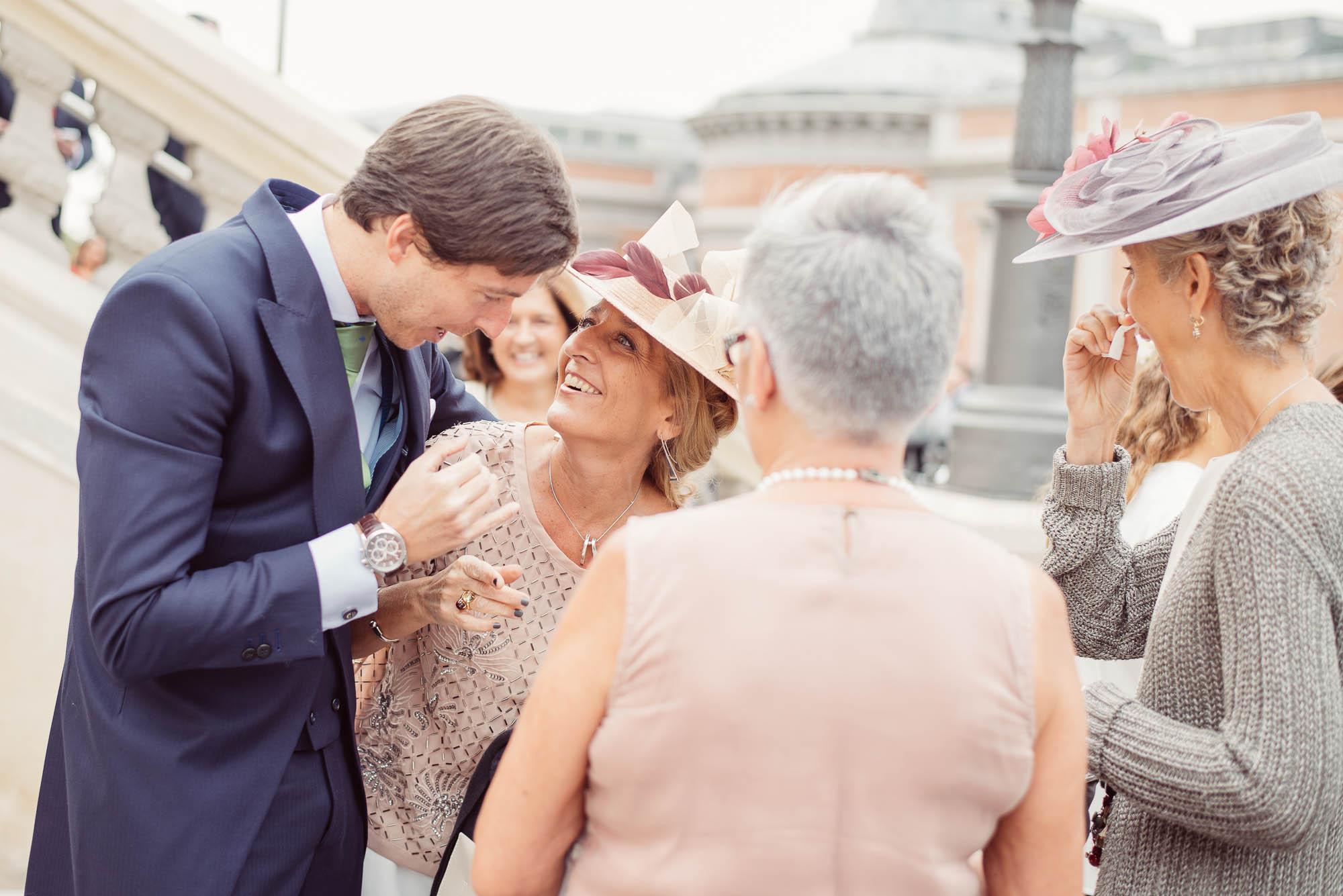 Invitadas hablando el dia de la boda