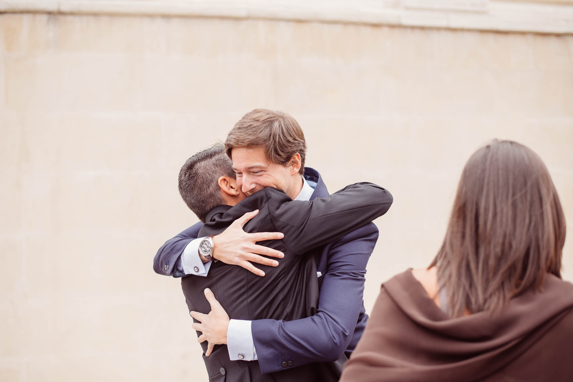 Invitados abrazándose el dia de la boda