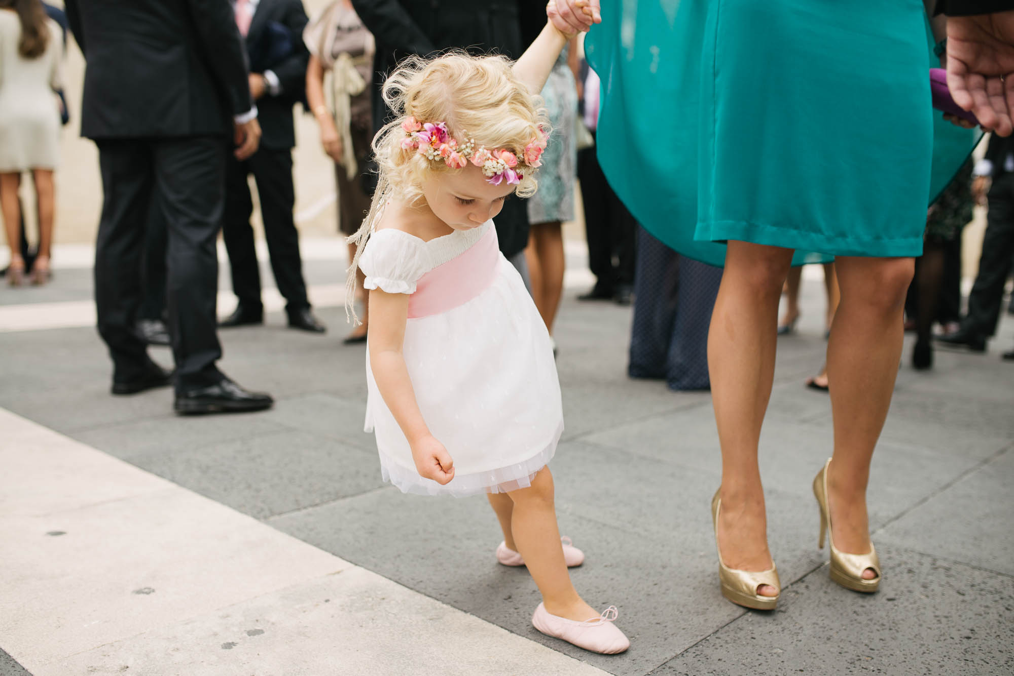 Niña con tocado de flores el dia de la boda