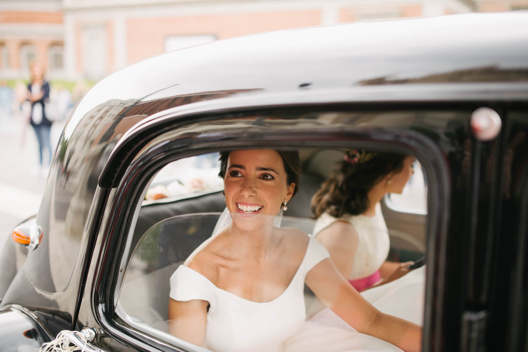 La novia llega en el coche a la catedral