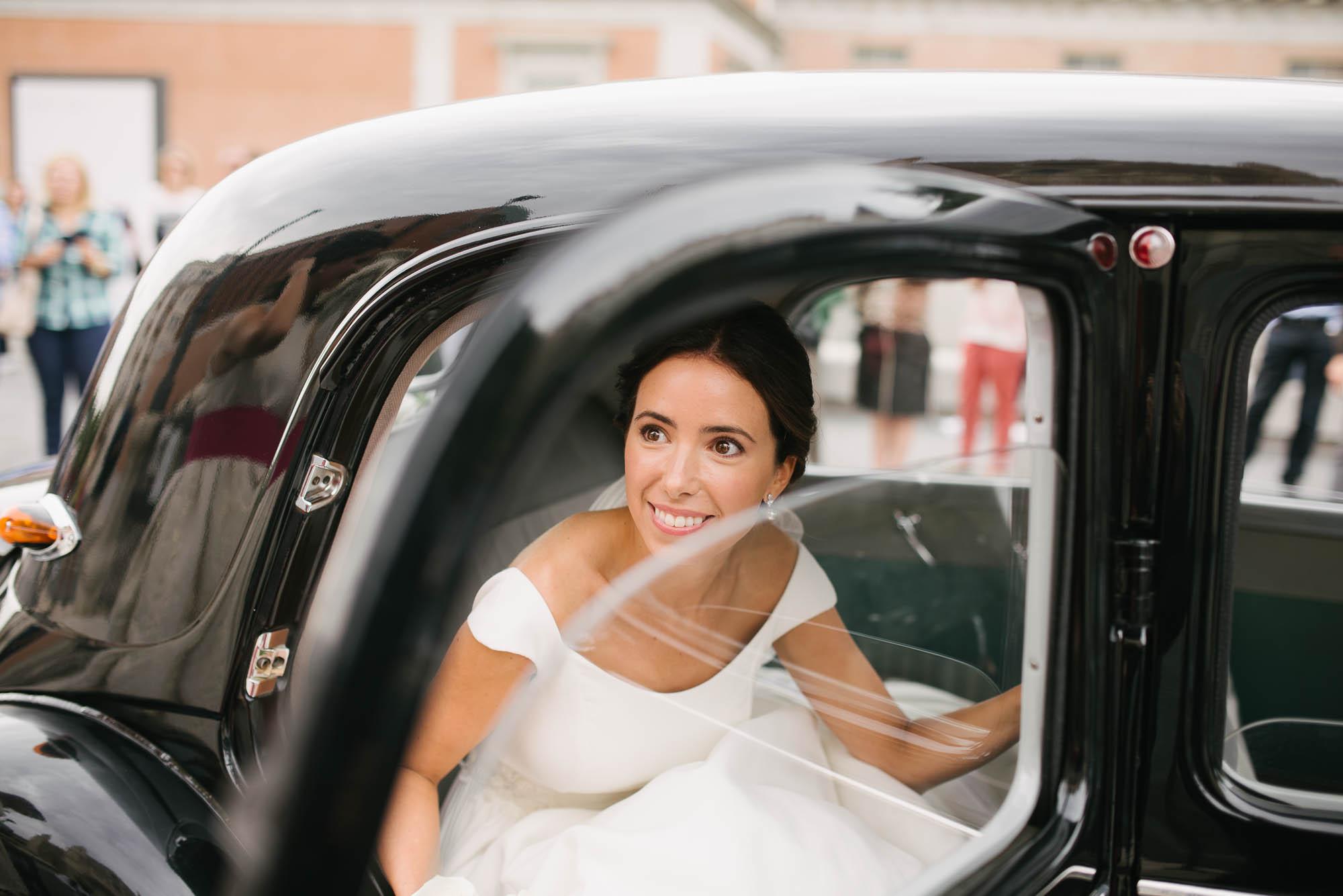 La novia baja del coche en la catedral