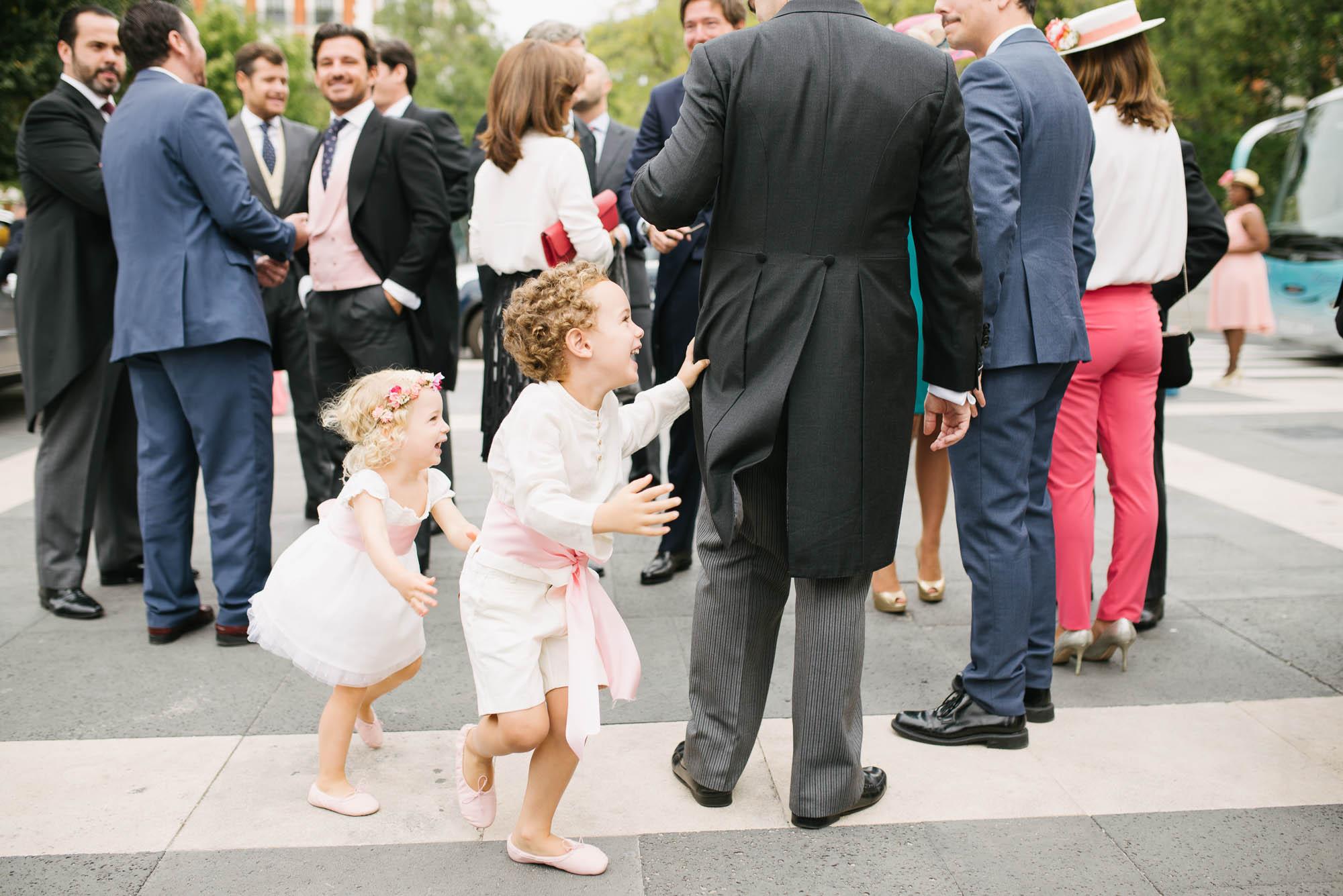Niños jugando en la calle antes de la ceremonia