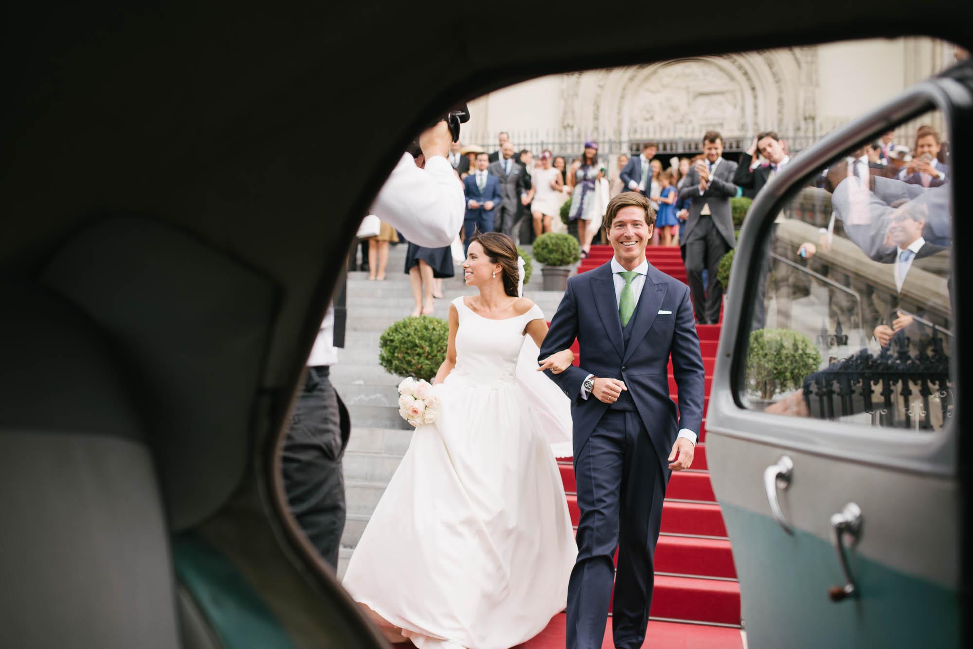Novios saliendo de la ceremonia el dia de la boda
