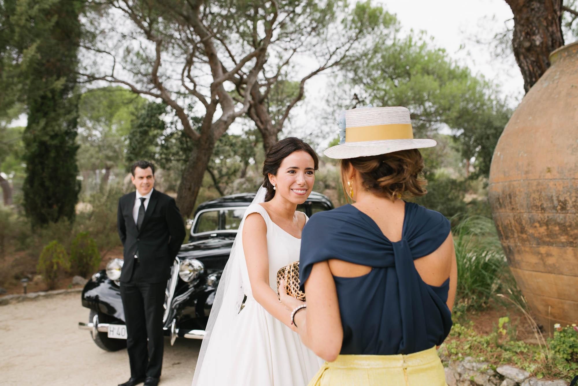 La novia saluda a la invitada