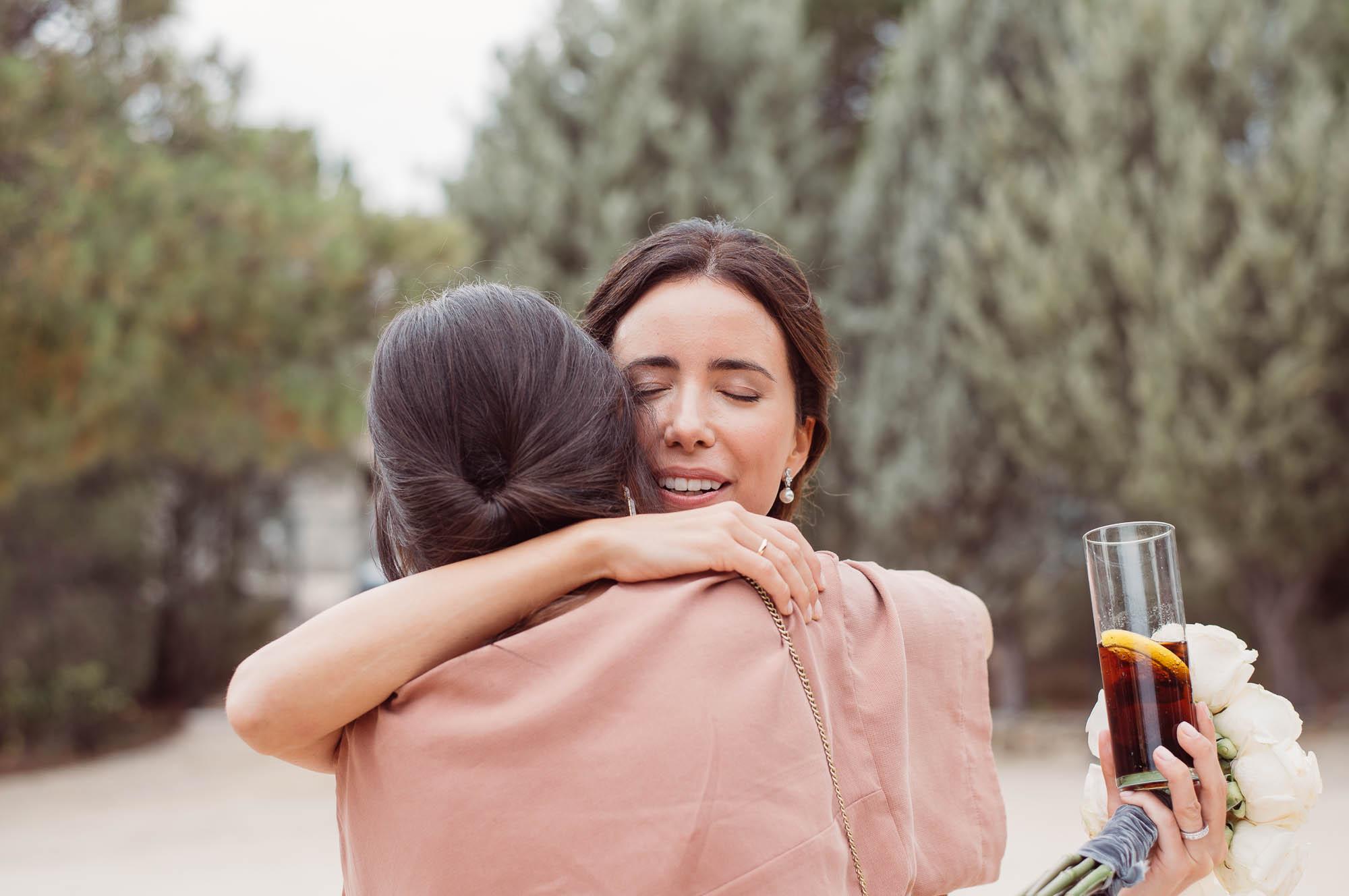La novia abraza a su amiga