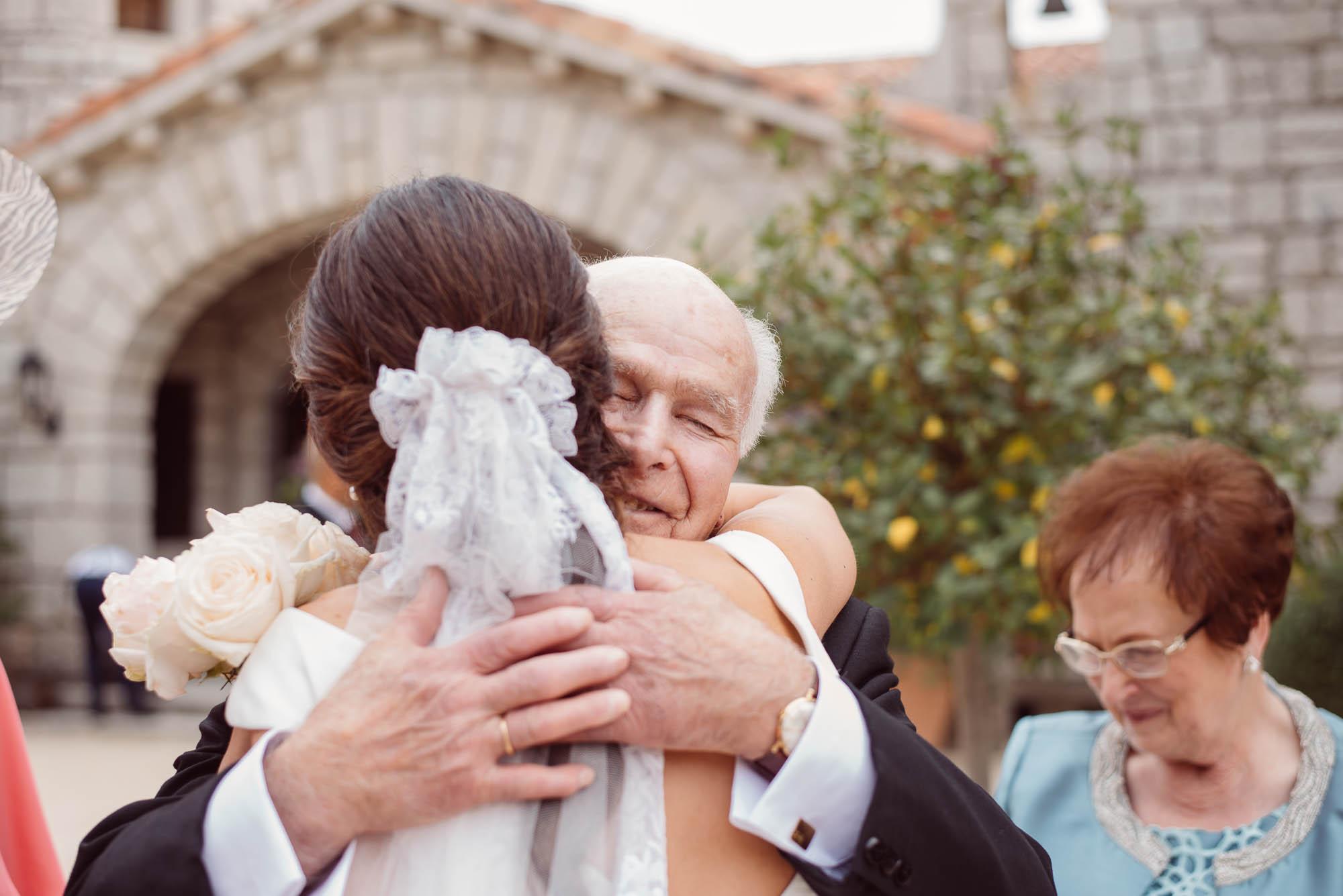 La novia abraza a su padre el dia de la boda