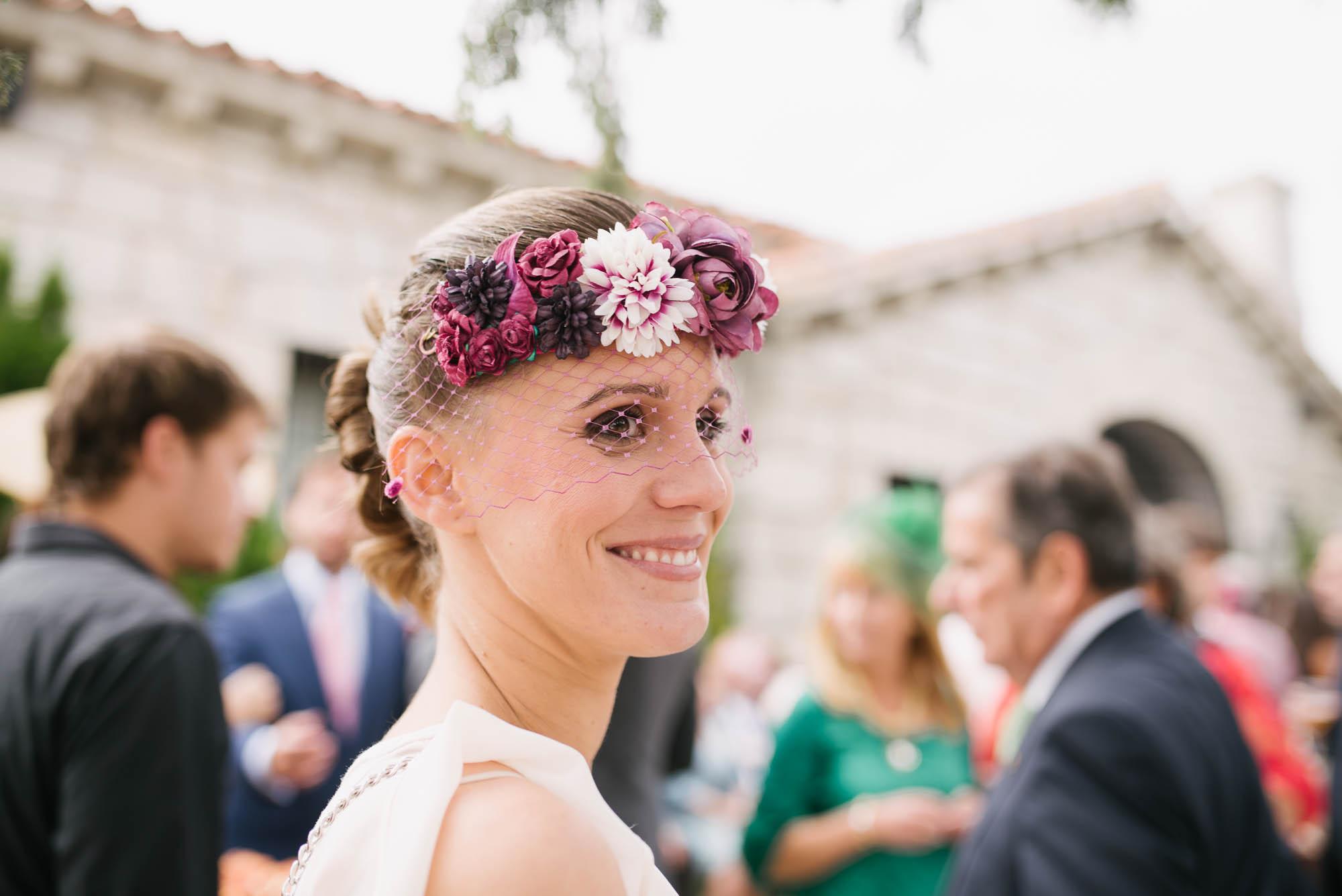 Invitada con elegante tocado de flores rosas