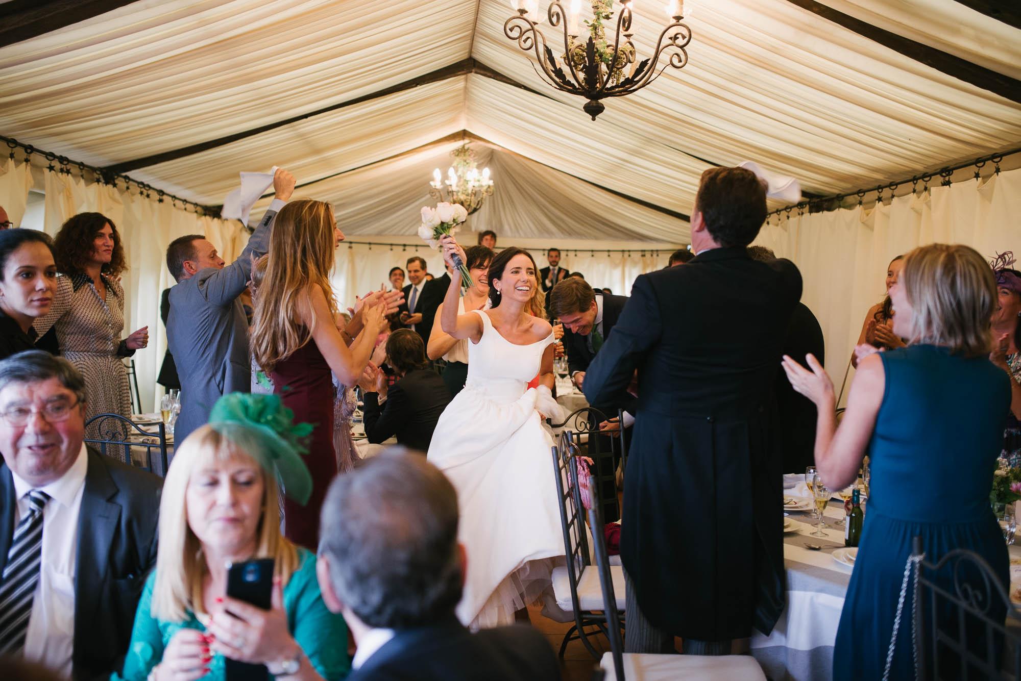 La novia entra en la sala elevando el ramo
