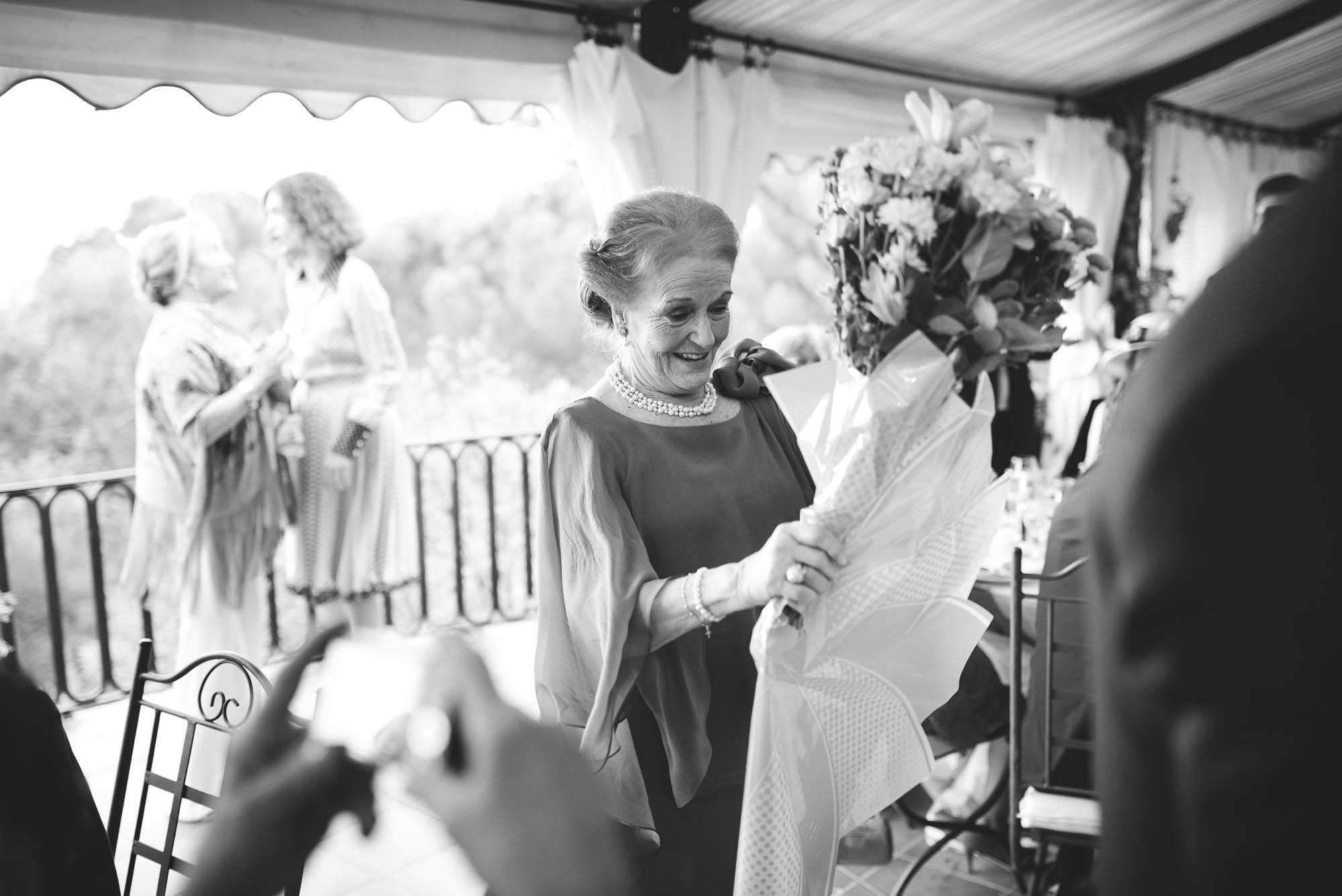 La madre recibe el ramo regalo de la novia