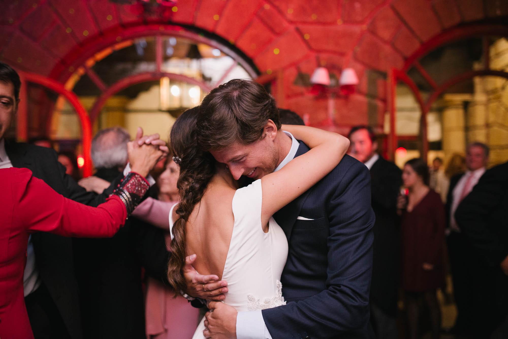 Los novios se abrazan durante el baile de la boda
