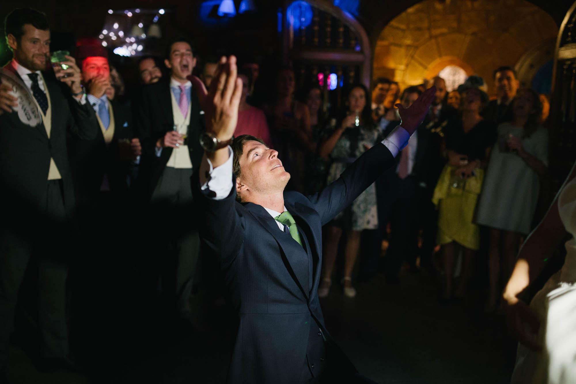 El novio baila durante la fiesta