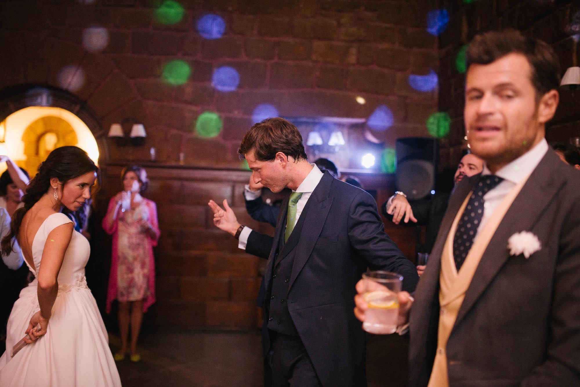 El novio y la novia bailan en la fiesta de noche