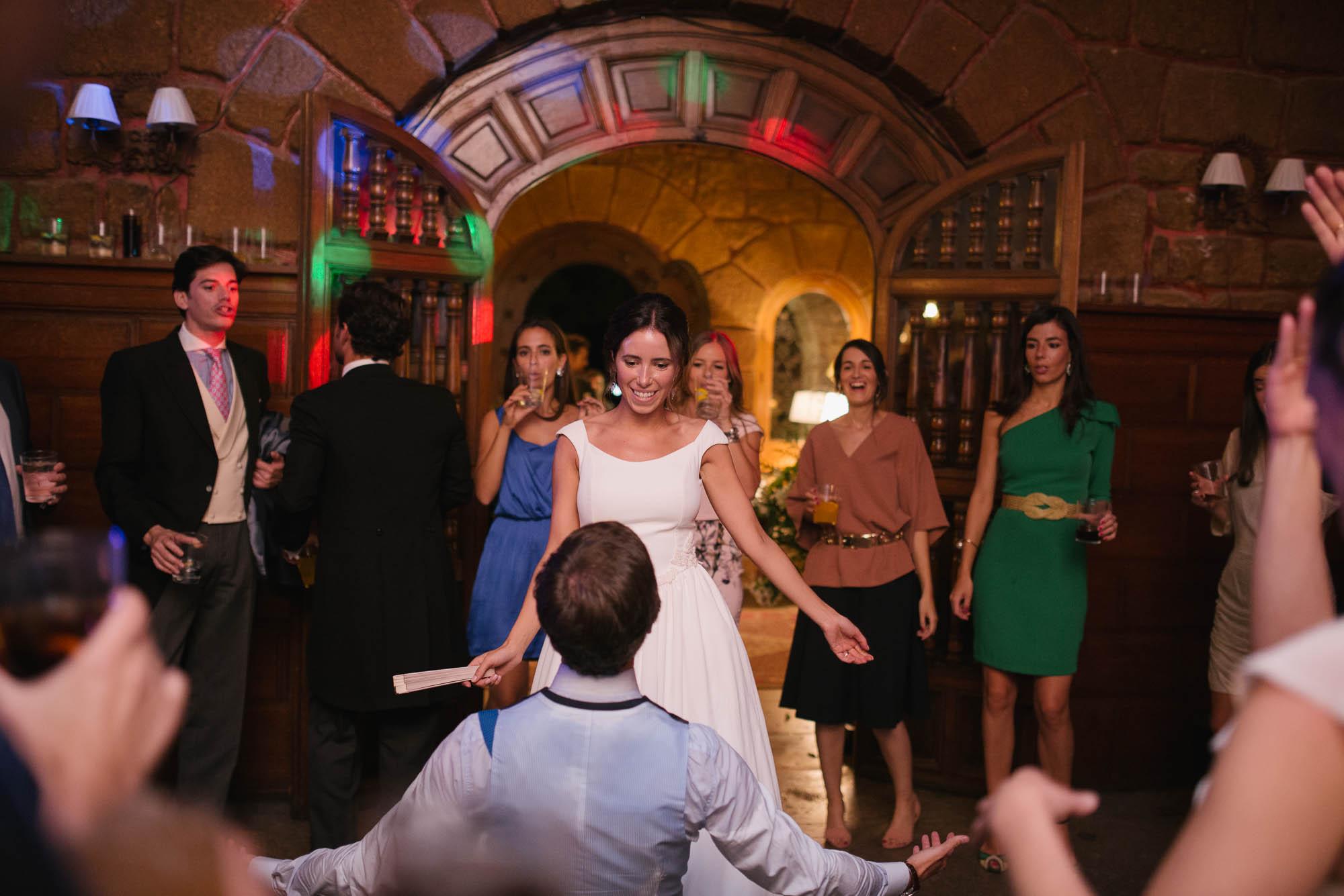 La novia baila durante la fiesta de la boda