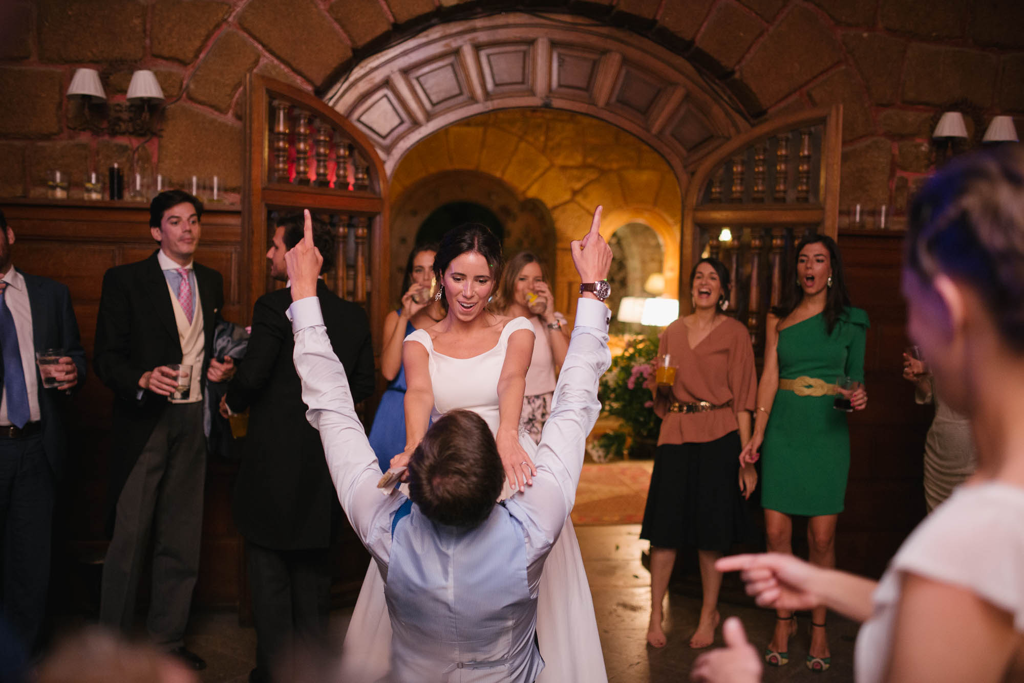 La novia baila con el novio en la fiesta