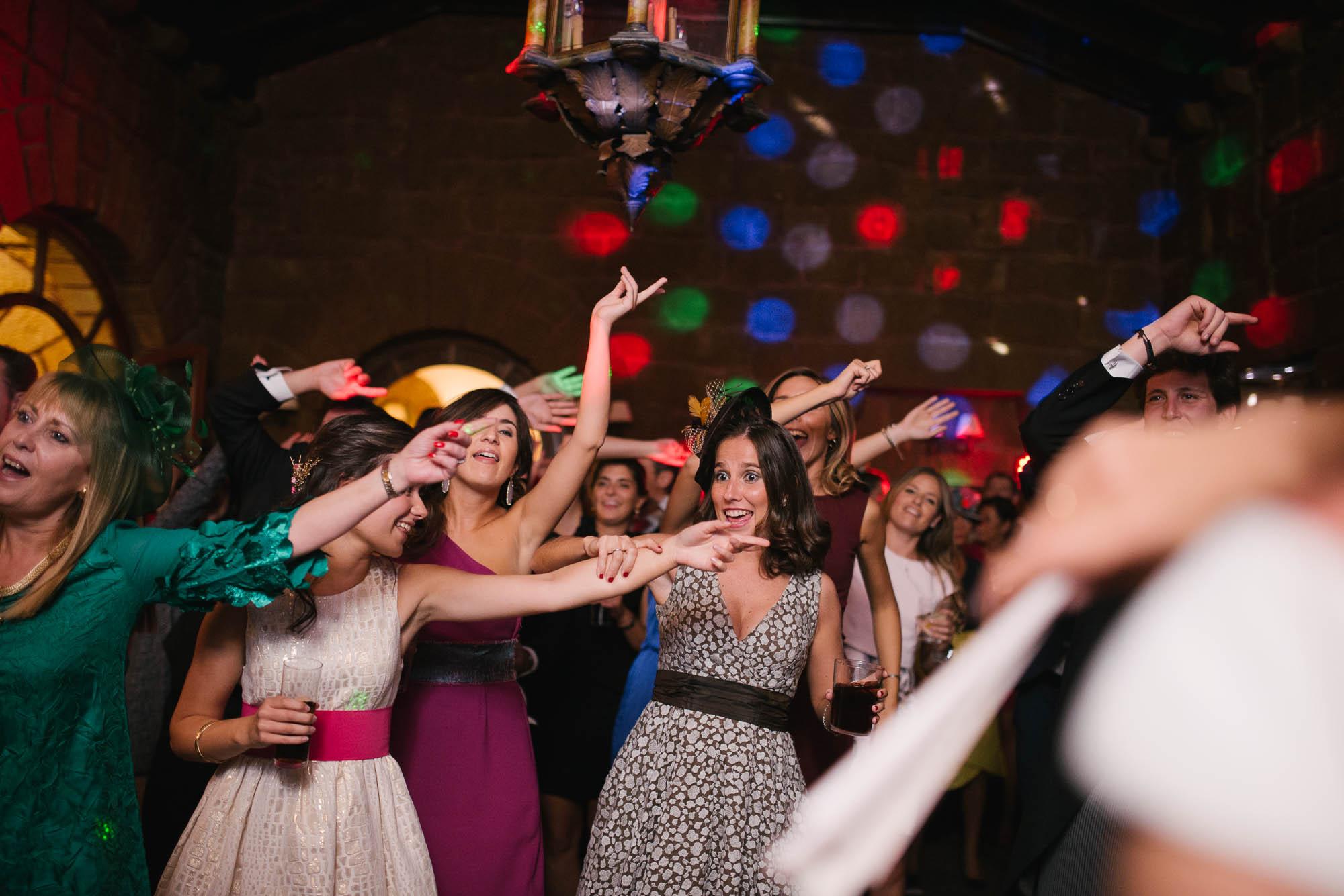 Los invitados bailan una coreografía en la fiesta de la boda