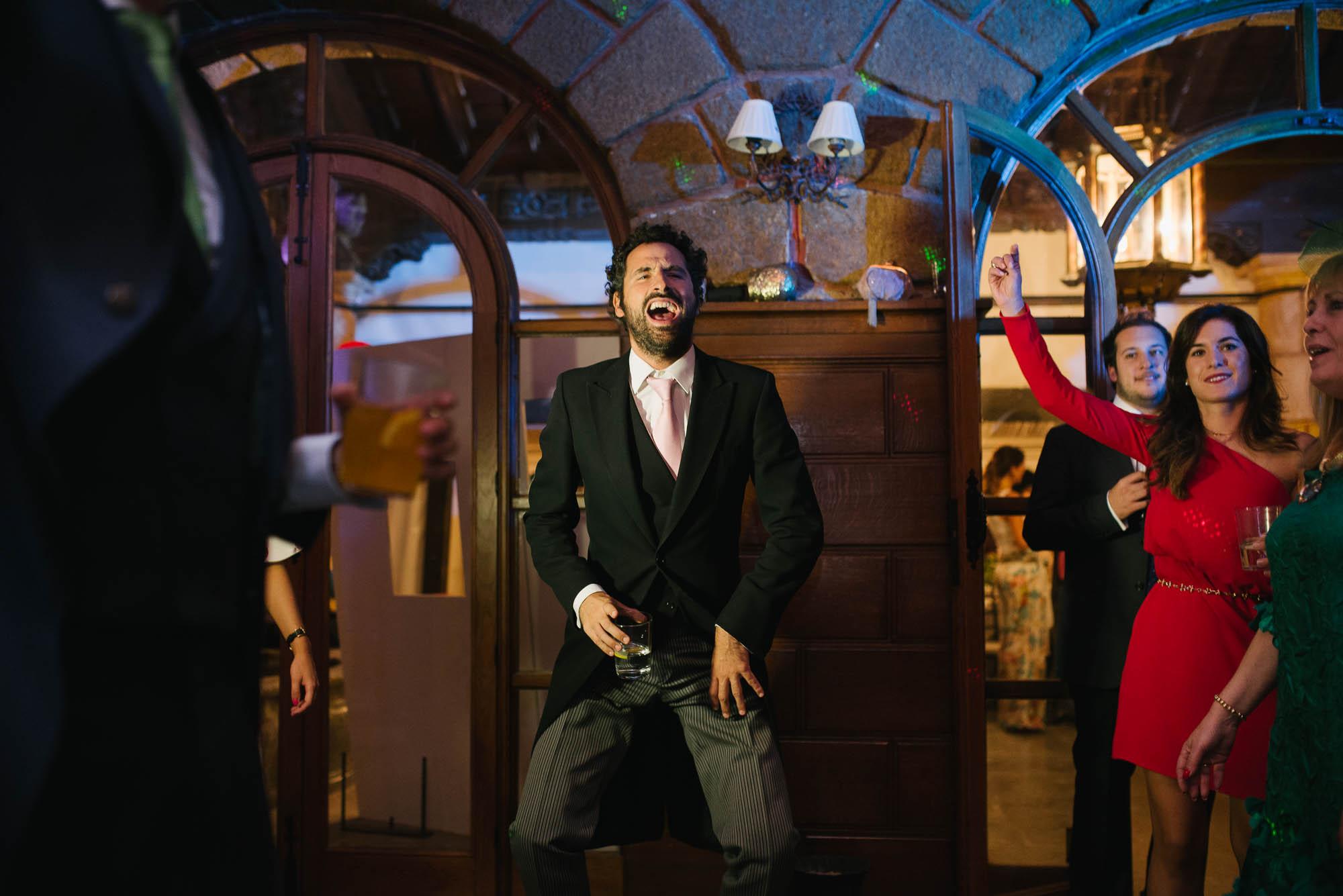 El invitado baila durante la fiesta de la boda