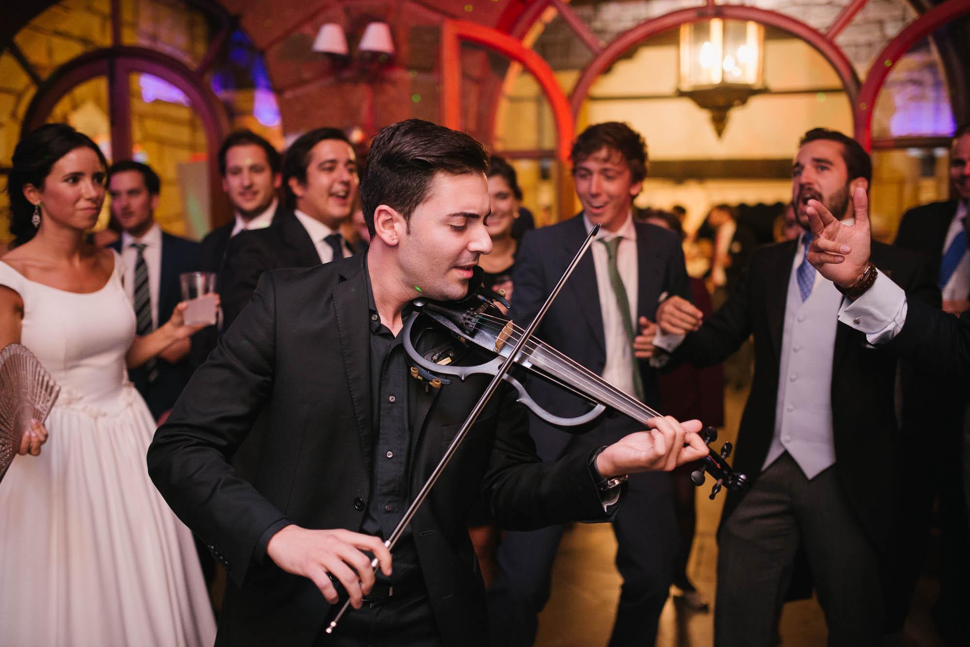 El violinista toca para los novios durante la fiesta de la boda