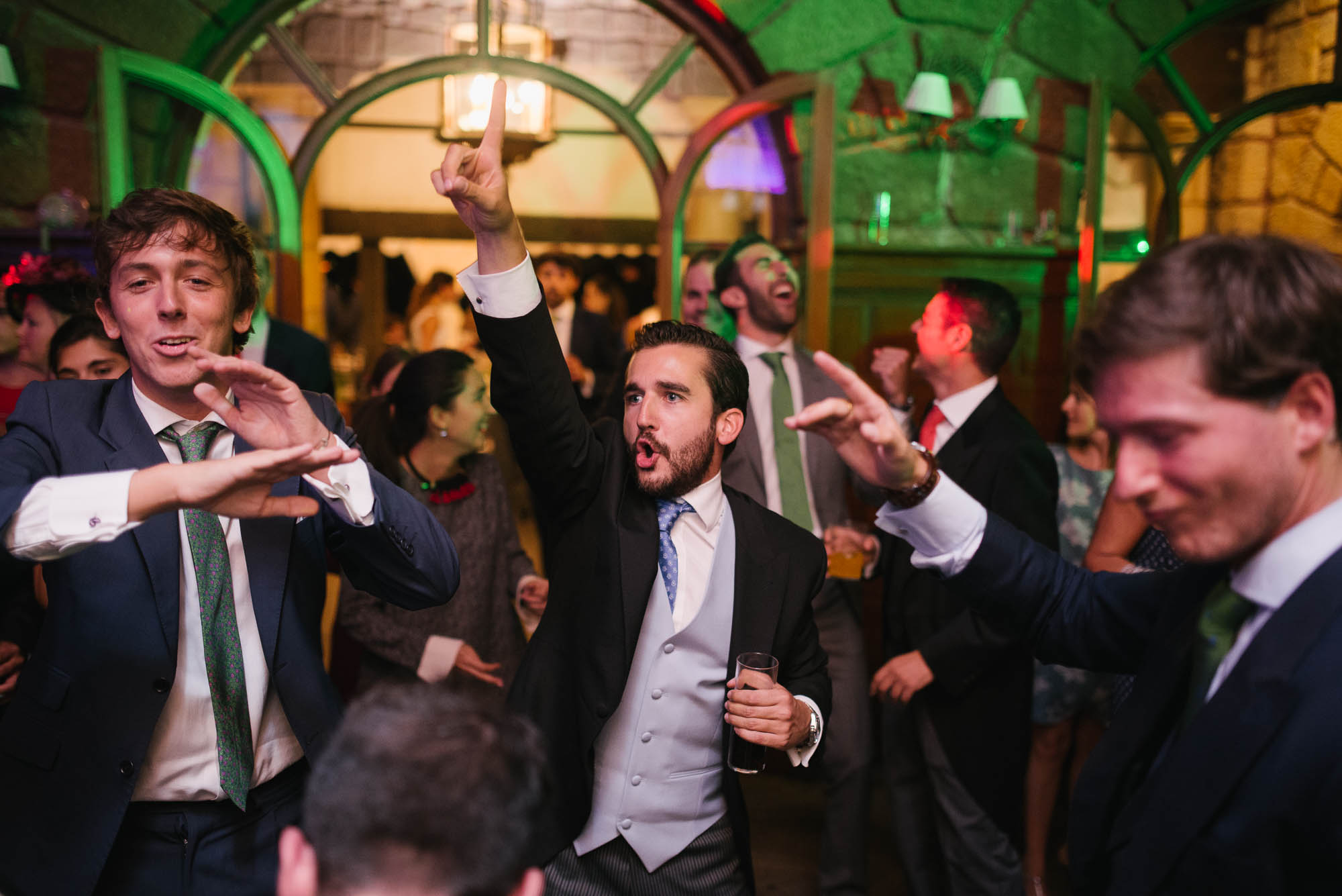 El novio baila con los invitados en la fiesta de la boda