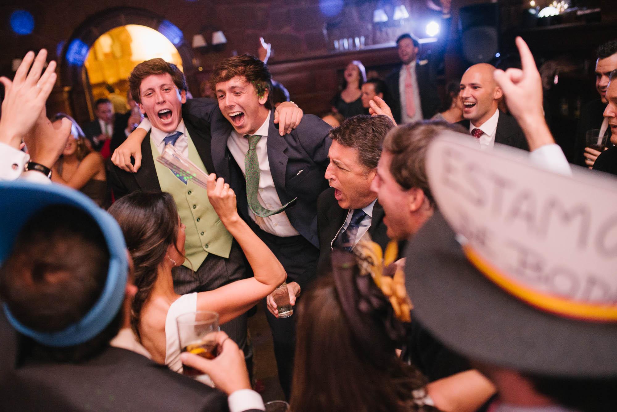 Todos los invitados celebrando de fiesta junto con la novia