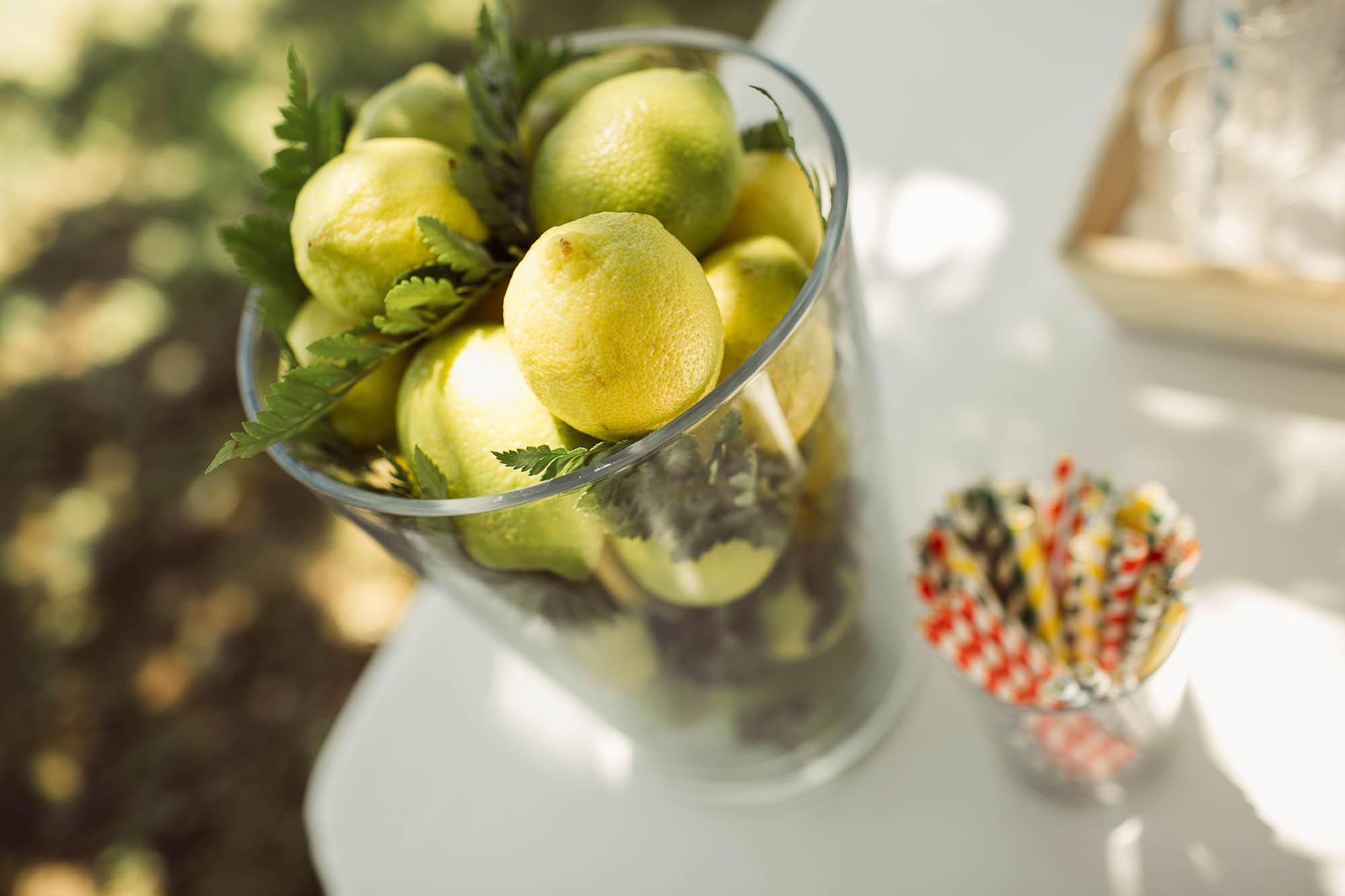 Un jarrón con limones y otros detalles de boda