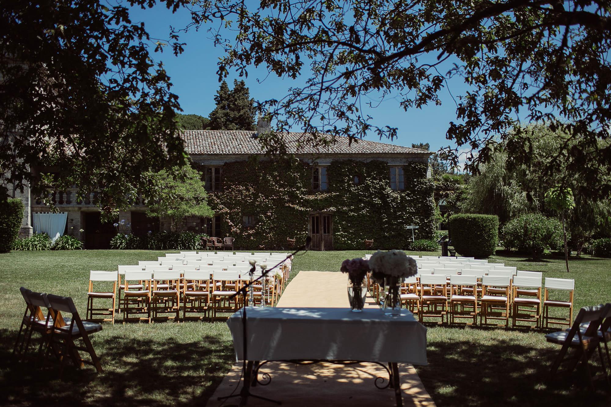 Las sillas para los invitados y el altar en la finca antes de la boda