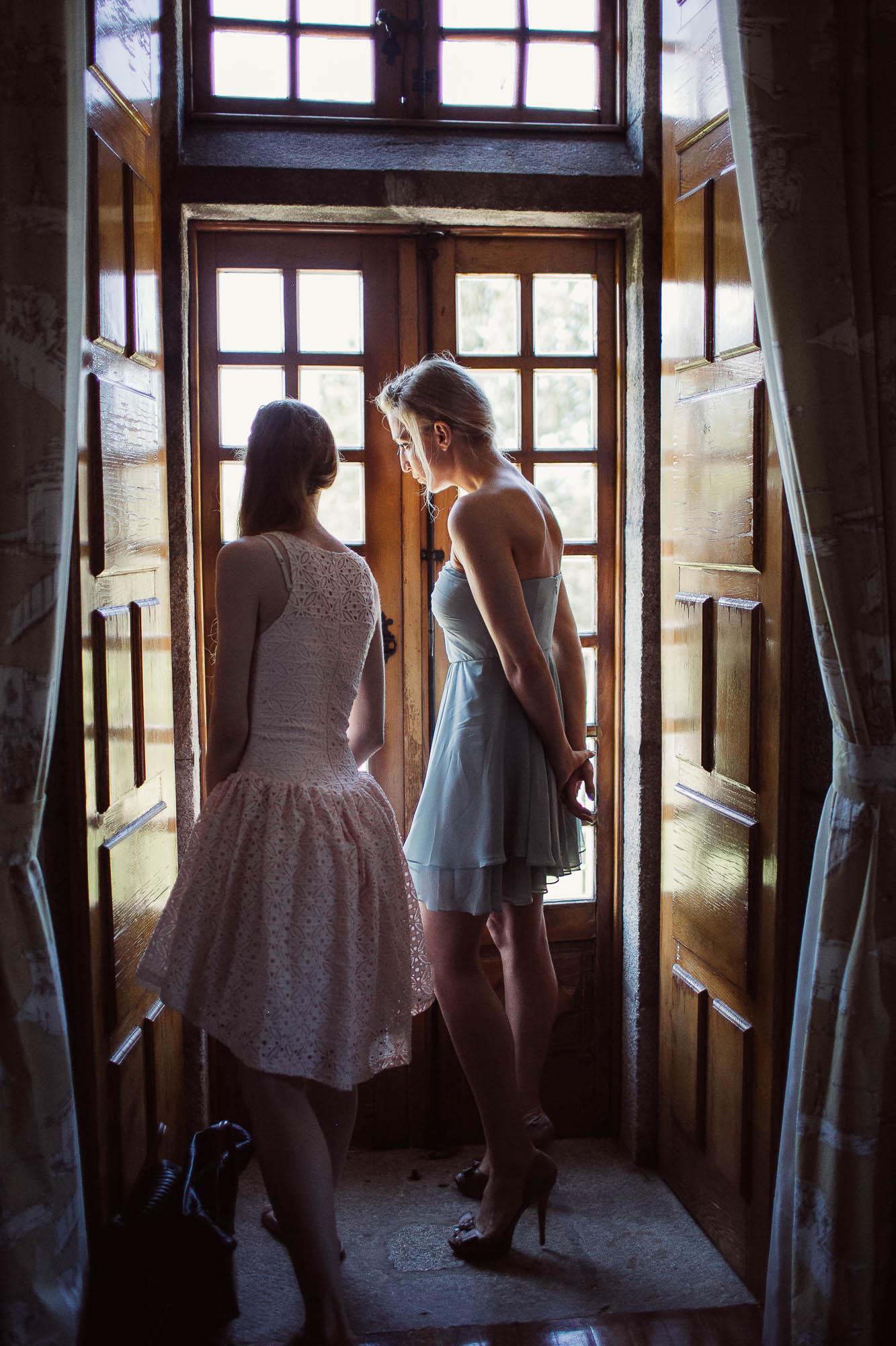 Las amigas de la novia esperando por fuera de la habitación a que ella se vista
