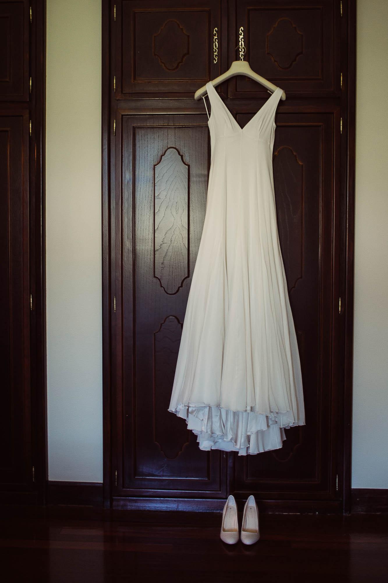 El vestido de la novia colgado de un armario