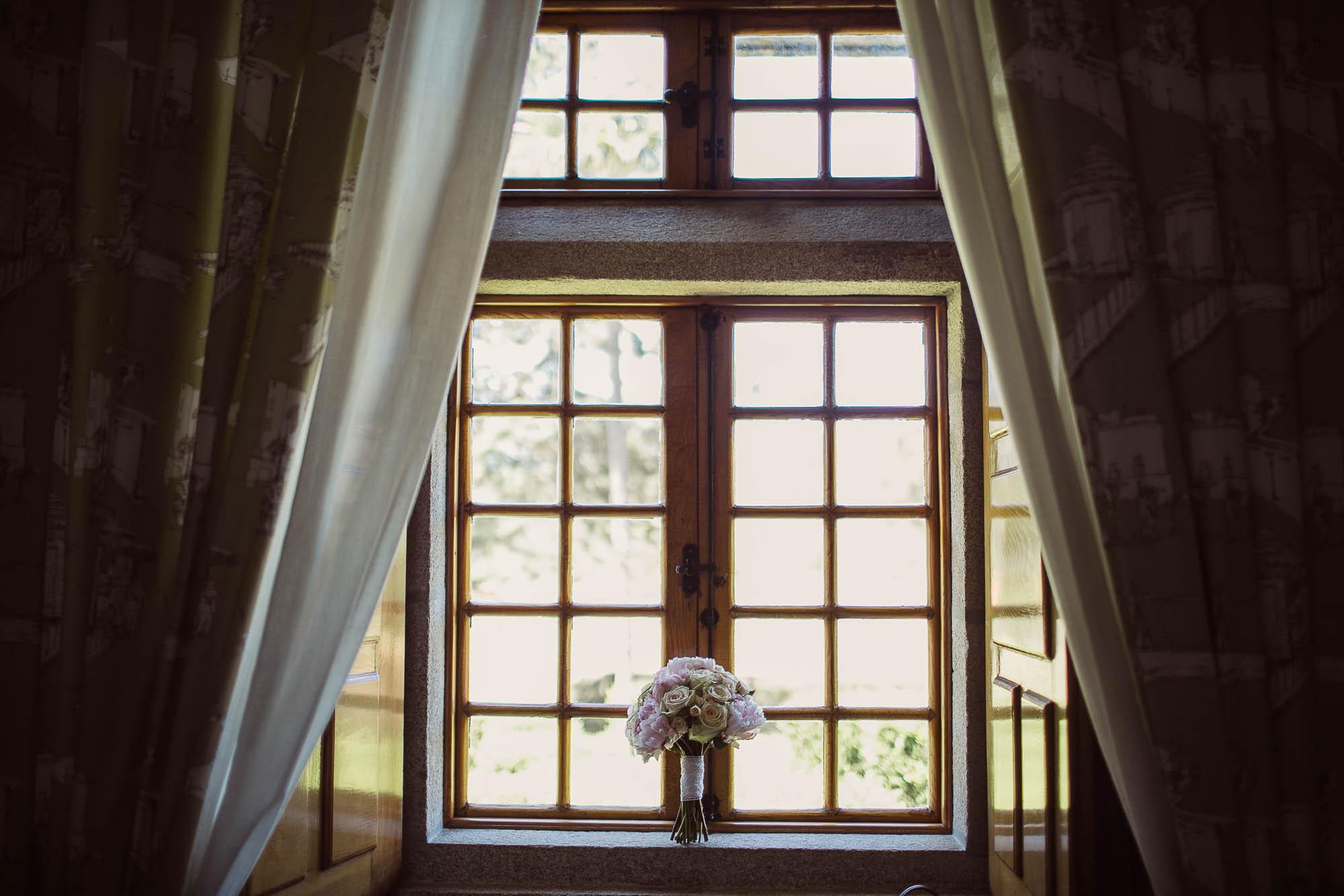 El ramo de bodas colocado delante de una ventana bañado de luz