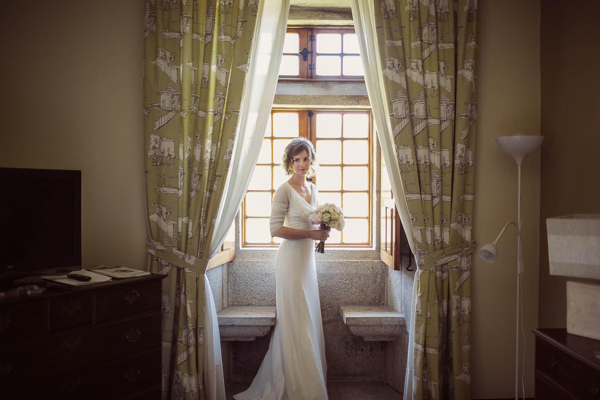 La novia sosteniendo el ramo y camino a la salida de su habitación