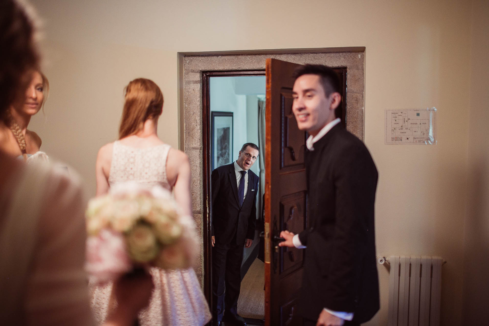 El padre espera a la novia al otro lado de la puerta para acompañarla al altar