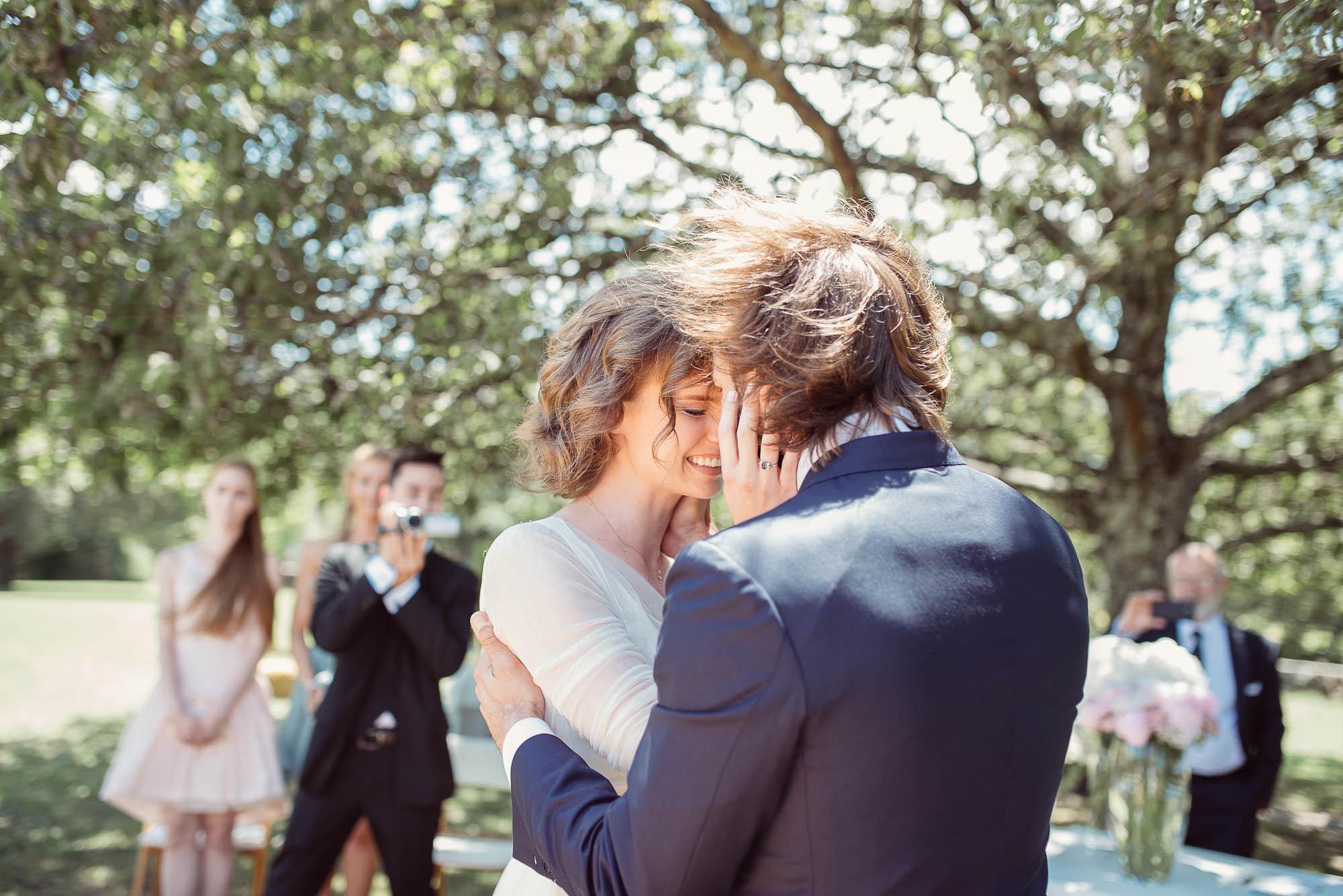 Los novios se encuentran en el altar y se abrazan emocionados