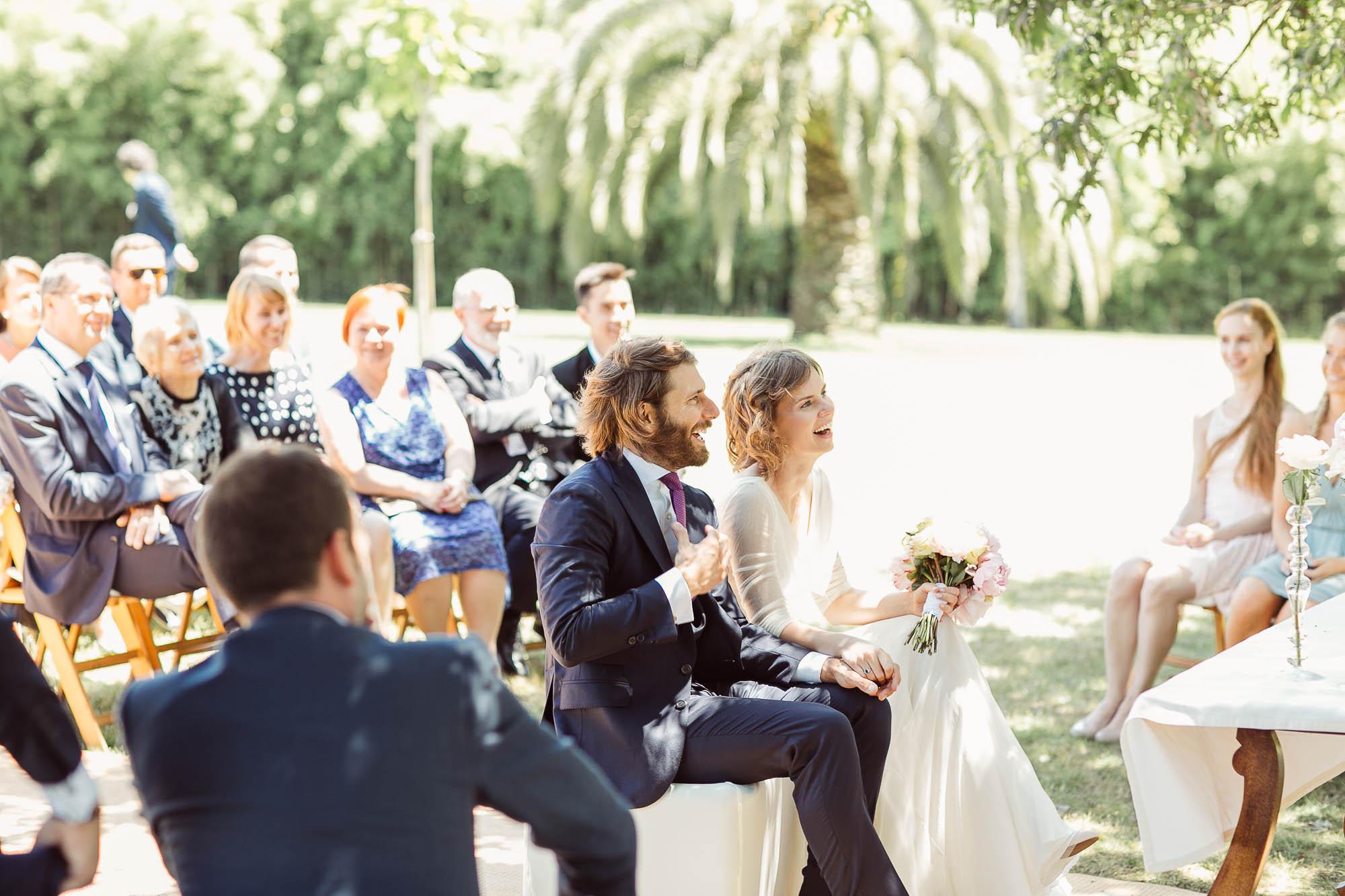 Los invitados observan a los novios sentados frente al altar