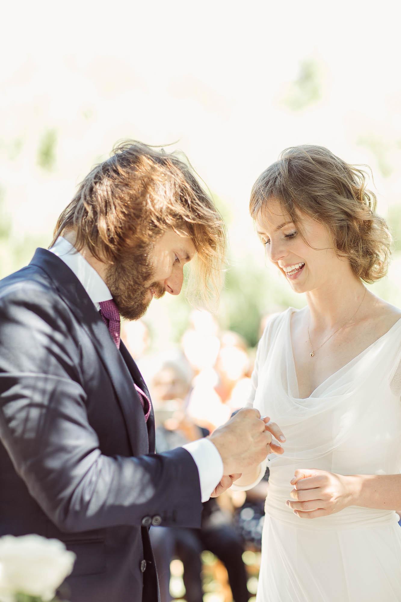 El novio poniéndole el anillo a la novia