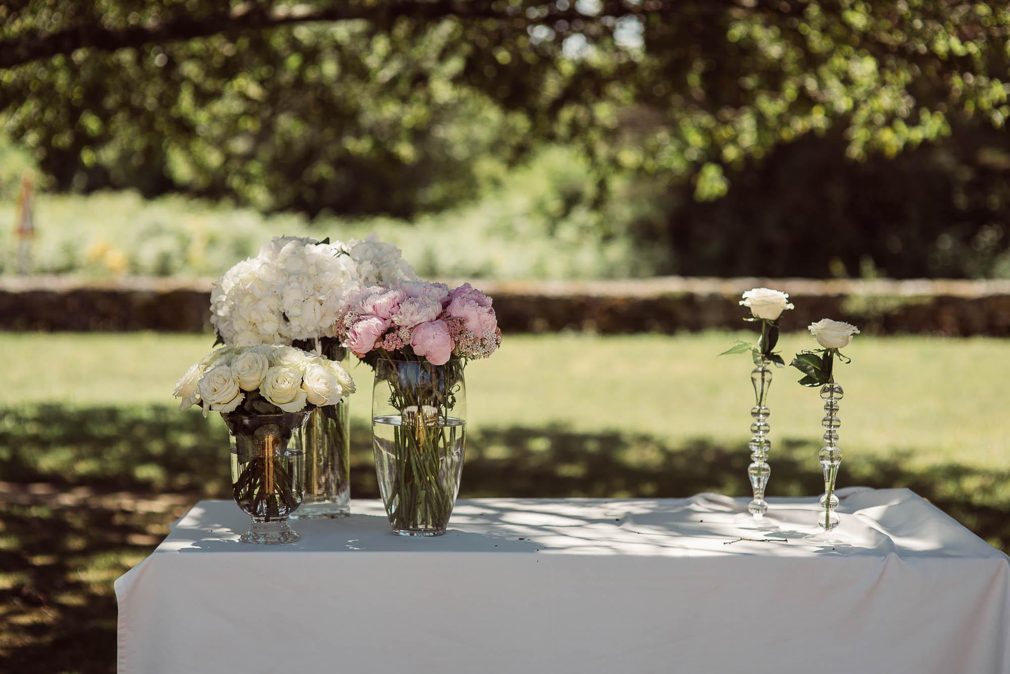 Detalles florales sobre una mesa del patio de invitados