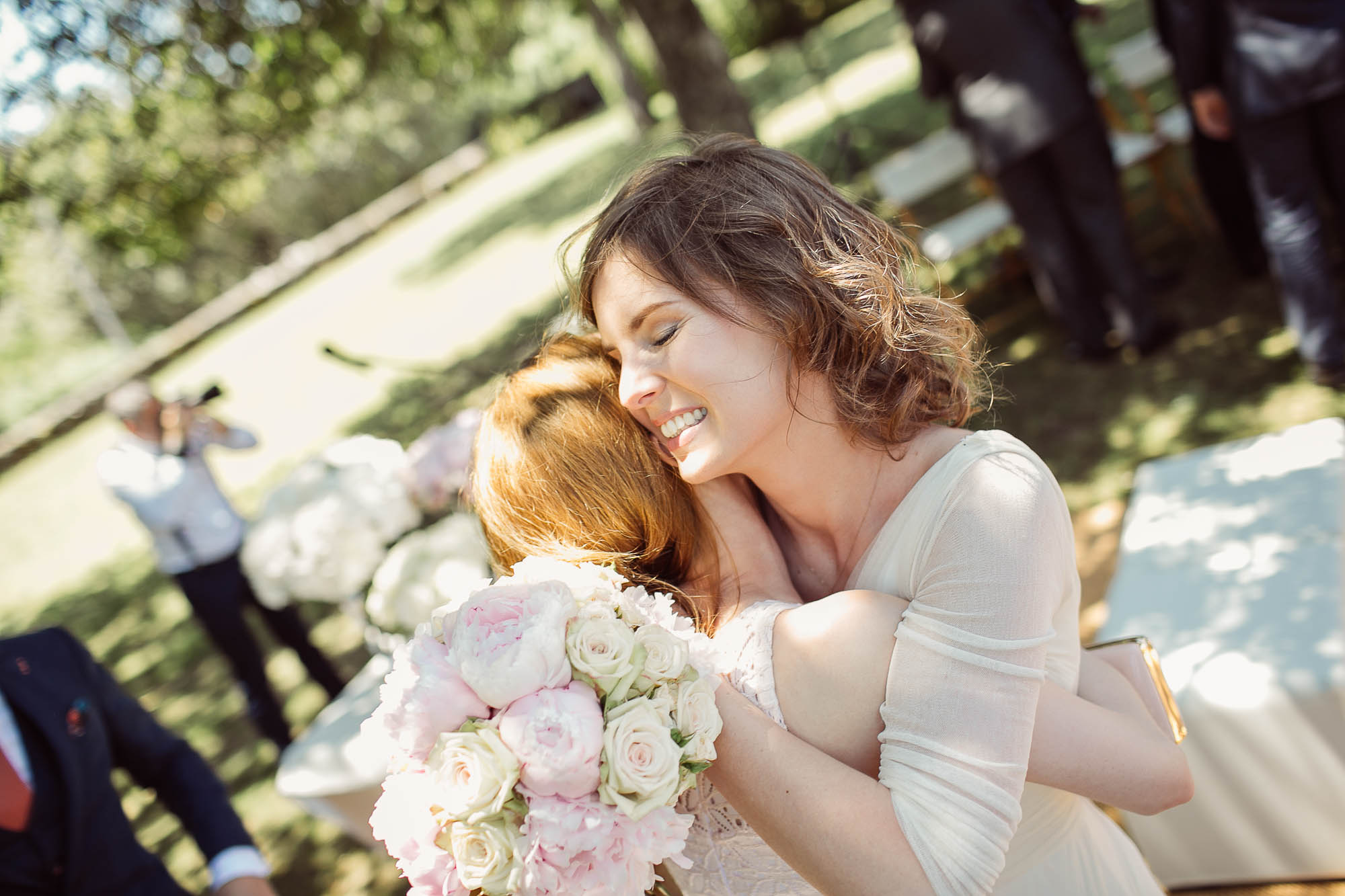 Una amiga de la novia la abraza efusivamente