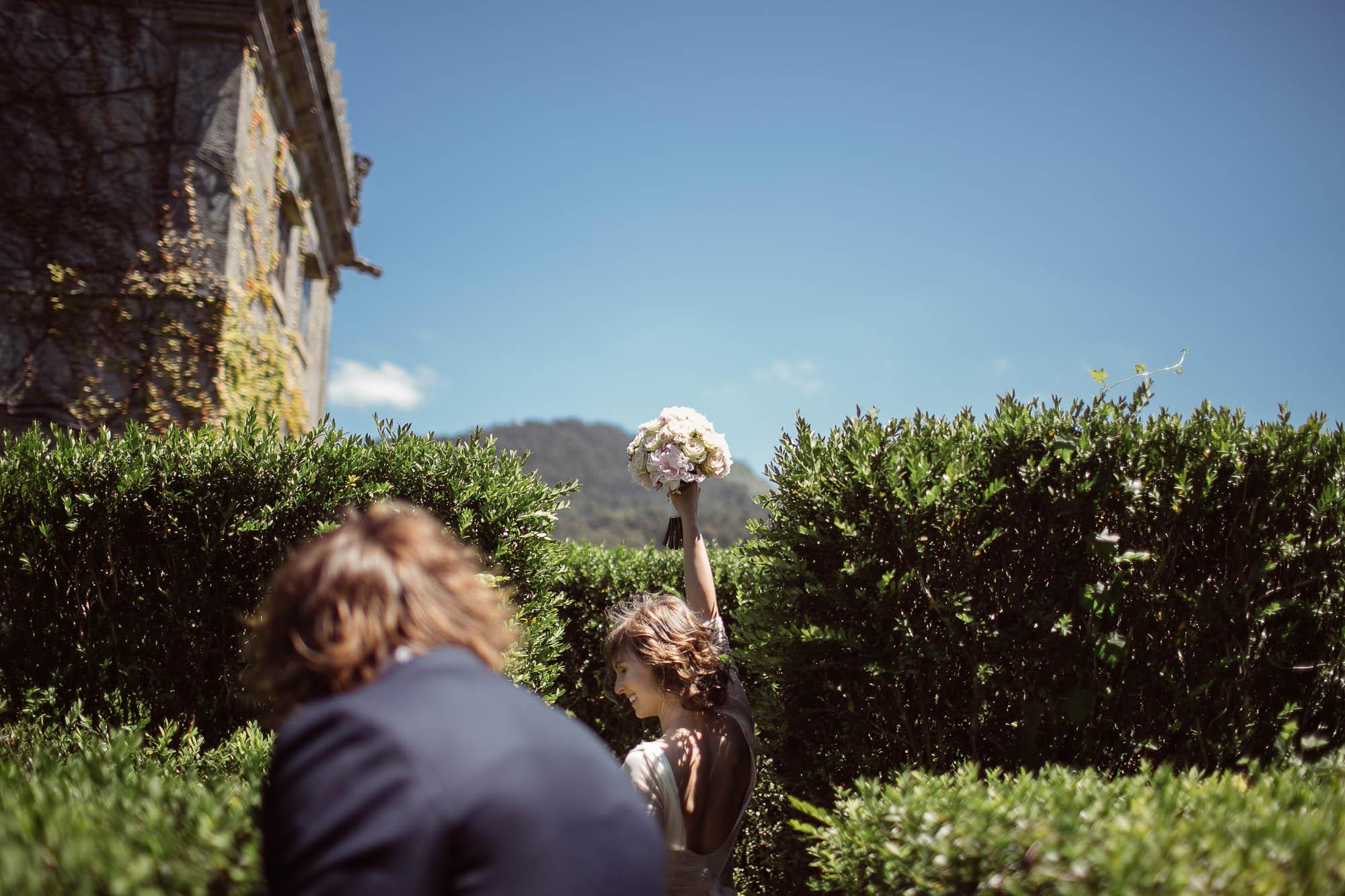La novia sigue corriendo con el ramo en alto
