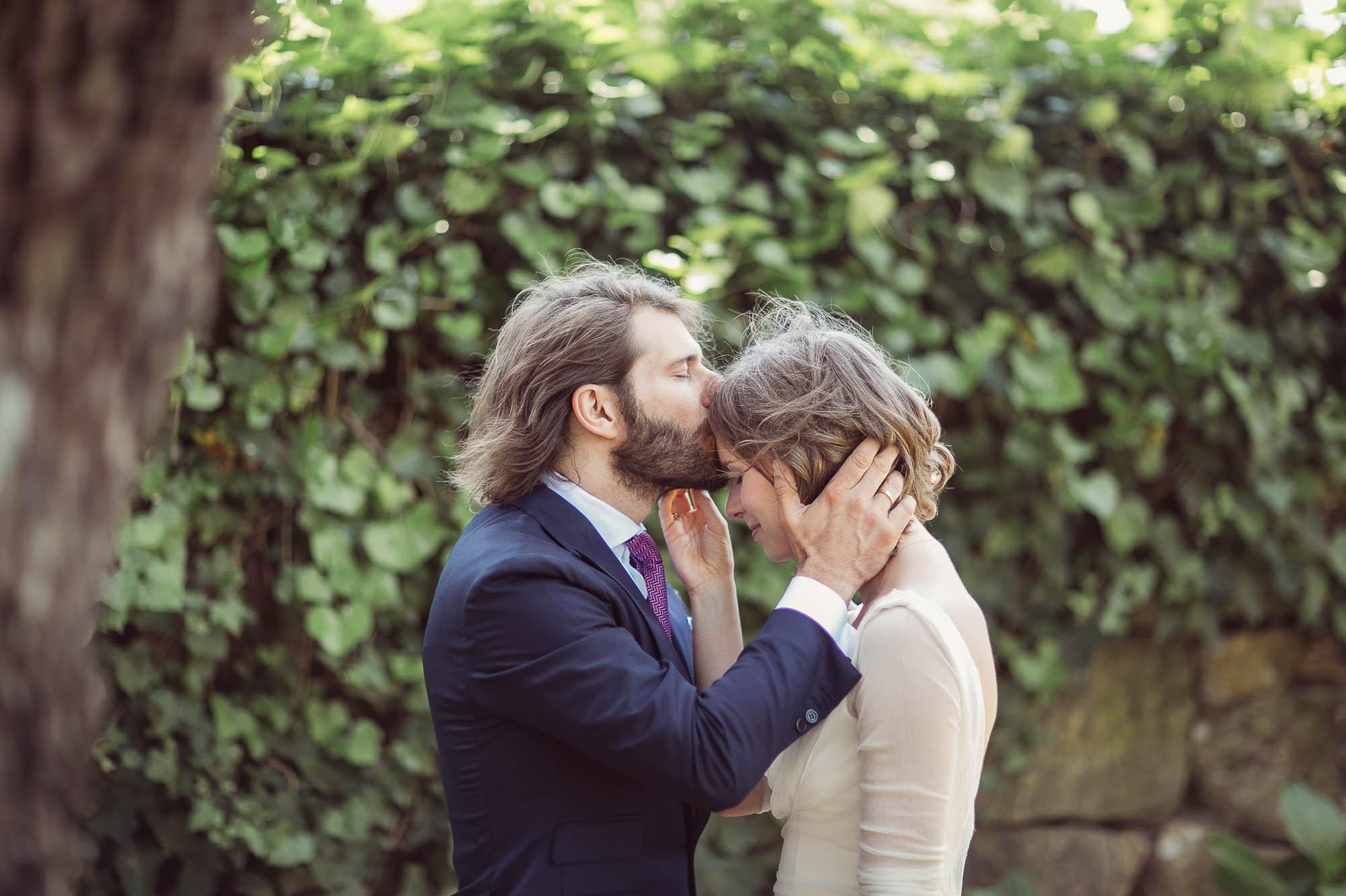 El novio agarra de la novia por el cuello y le besa la frente